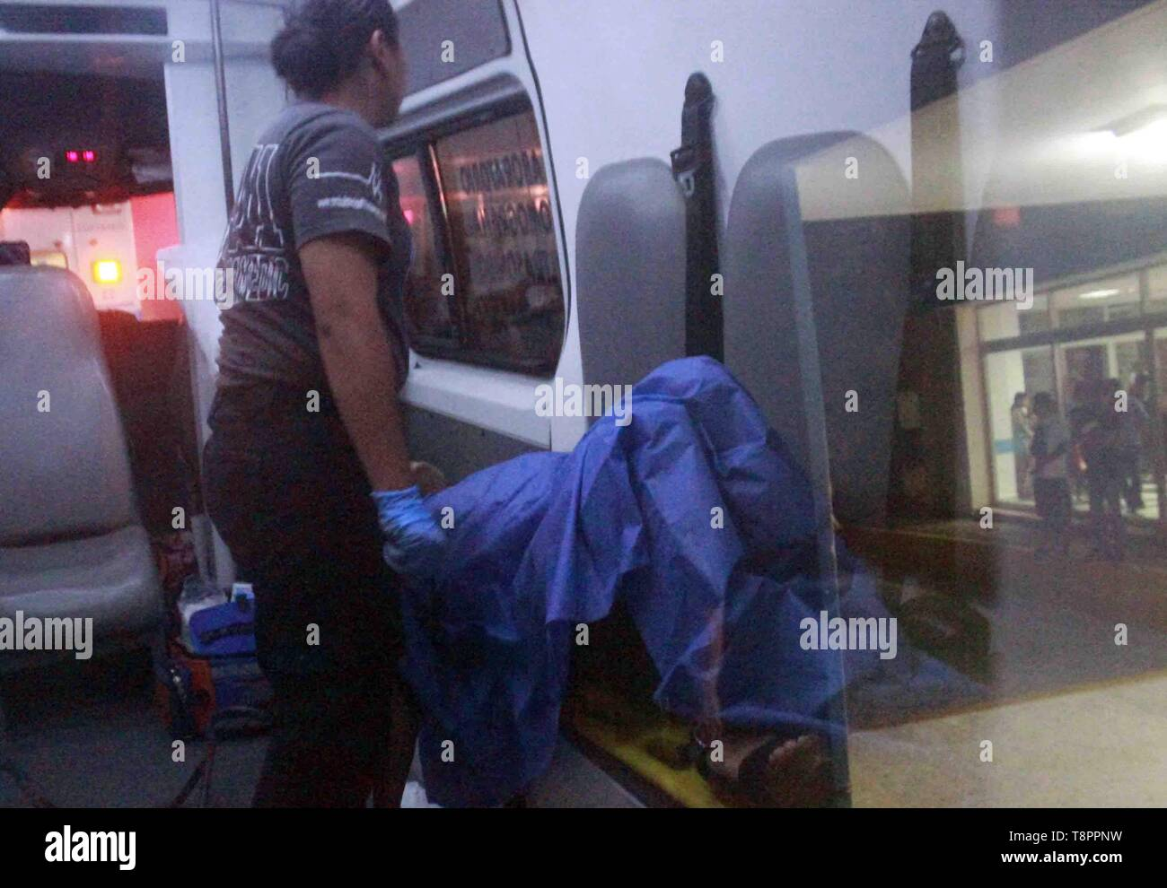 Playa del Carmen, Mexico. 14th May 2019. A wounded receives a medical treatment in the area where an armed attack took place in a bar in the Mexican town of Playa del Carmen, Mexico, 14 May 2019. The attack, which occurred around 9:45 pm local time on Monday, left a preliminary death toll and 11 wounded, according to the Attorney General of Quintana Roo state. Credit: EFE News Agency/Alamy Live News - Stock Image
