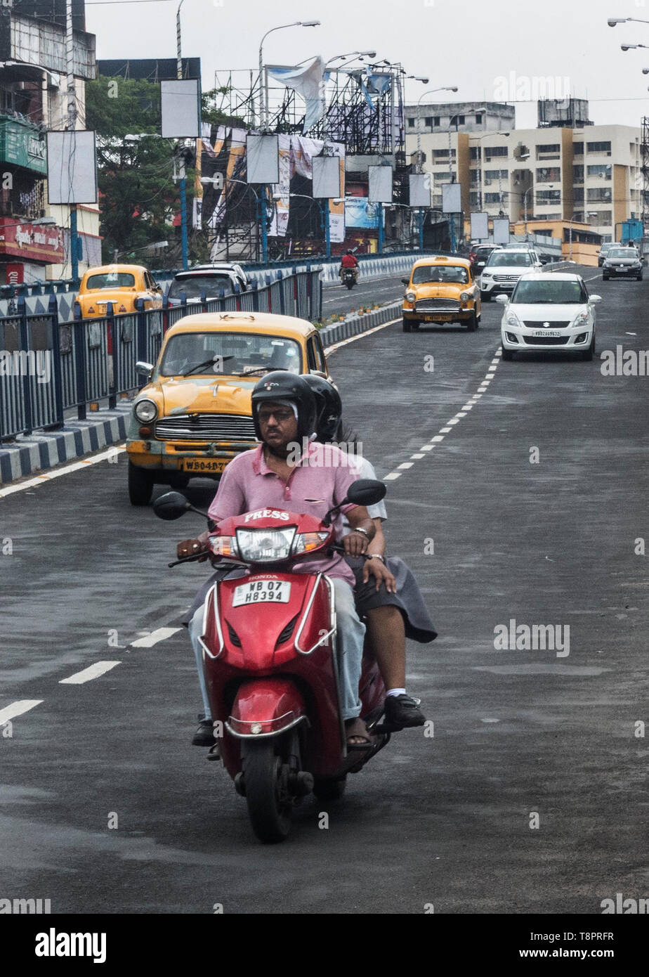 Kolkata, India. 14th May, 2019. Indian commuters travel through vehicles in?Kolkata, India, May 14, 2019. India's automobile sector continued its bumpy ride for the fifth consecutive month in April with 20 percent drop in car sales and 16 percent drop in two-wheeler sales, compared with the same period last year. The drastic drop in sales was attributed to several factors including liquidity squeeze in the market, rising fuel cost, interest rates and insurance costs that has dampened consumer sentiment. Credit: Tumpa Mondal/Xinhua/Alamy Live News Stock Photo