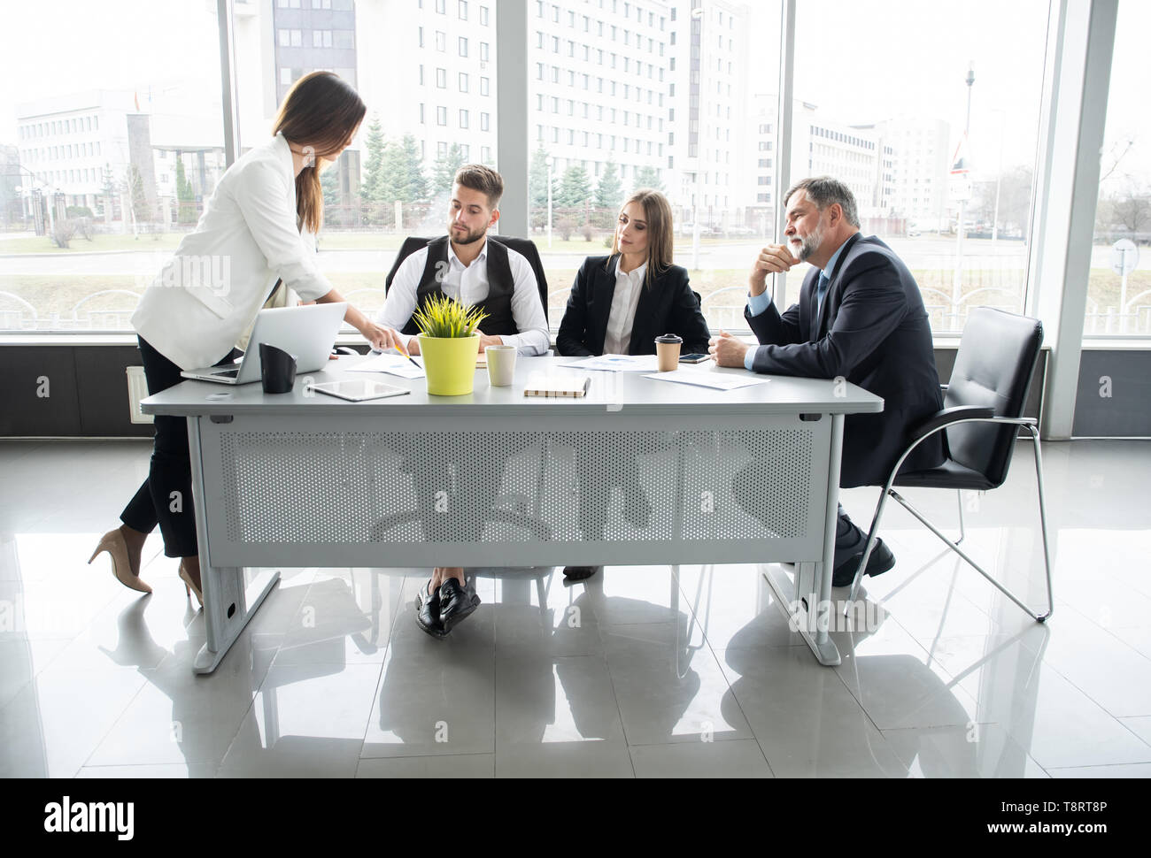 Admirable Businesswoman Leads Meeting Around Table Discussion Talking Beutiful Home Inspiration Ommitmahrainfo