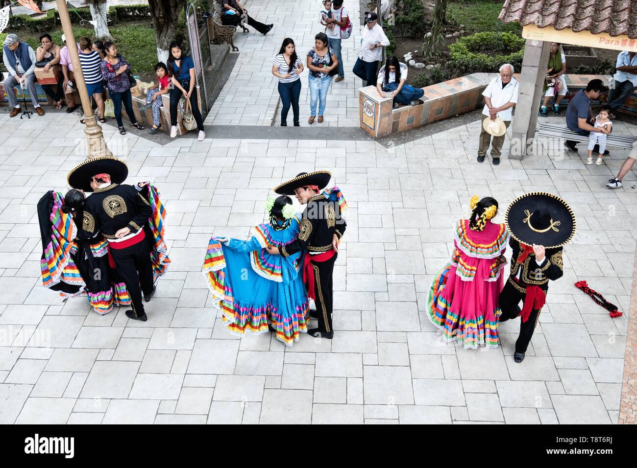 Costumed Mexican dancers perform the traditional Jarabe Tapatío folk dance in the Plaza Central Israel Tellez Park in Papantla, Veracruz, Mexico. - Stock Image