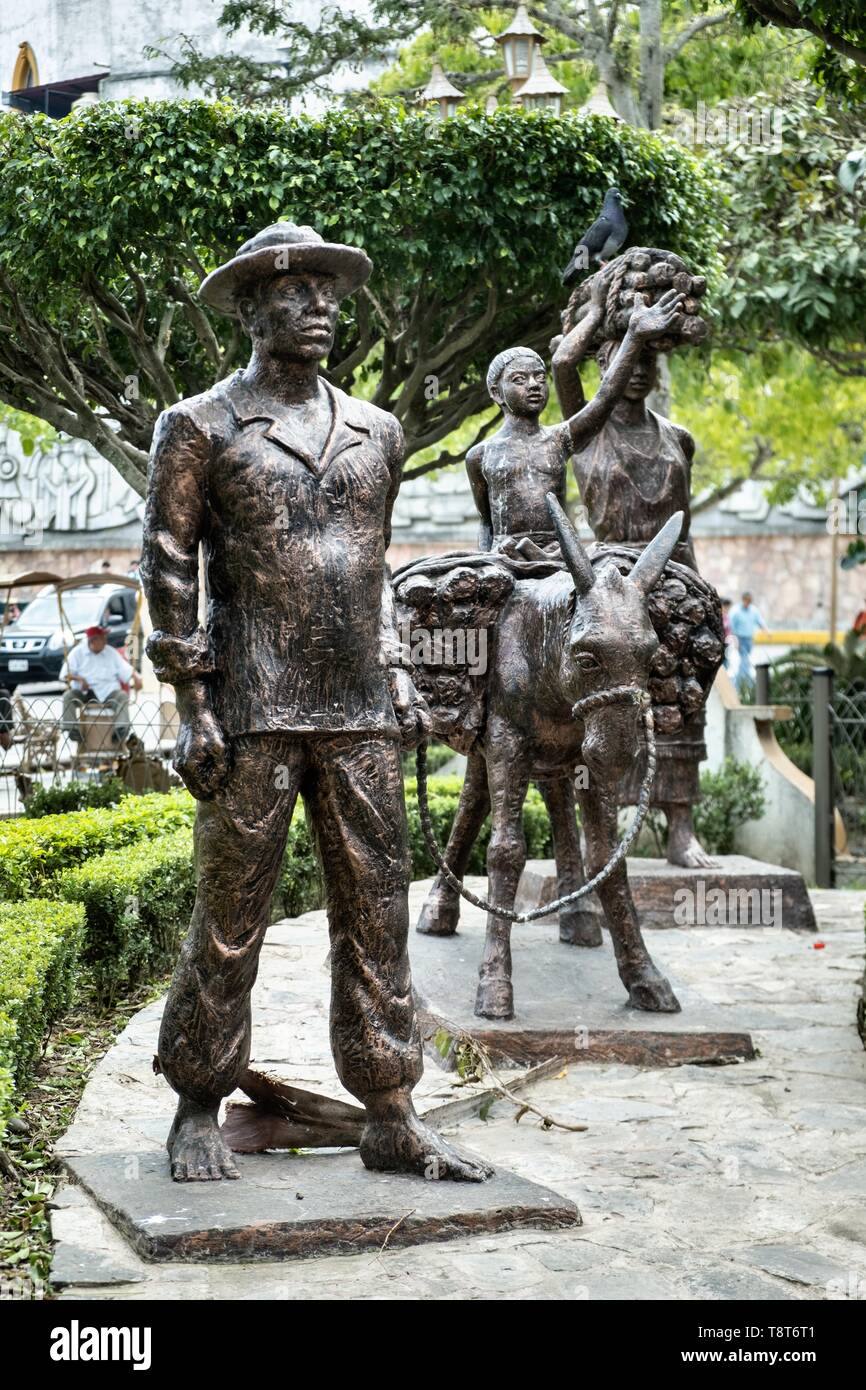 Statue honoring the indigenous Totonac people in the Plaza Central Israel Tellez Park in Papantla, Veracruz, Mexico. - Stock Image