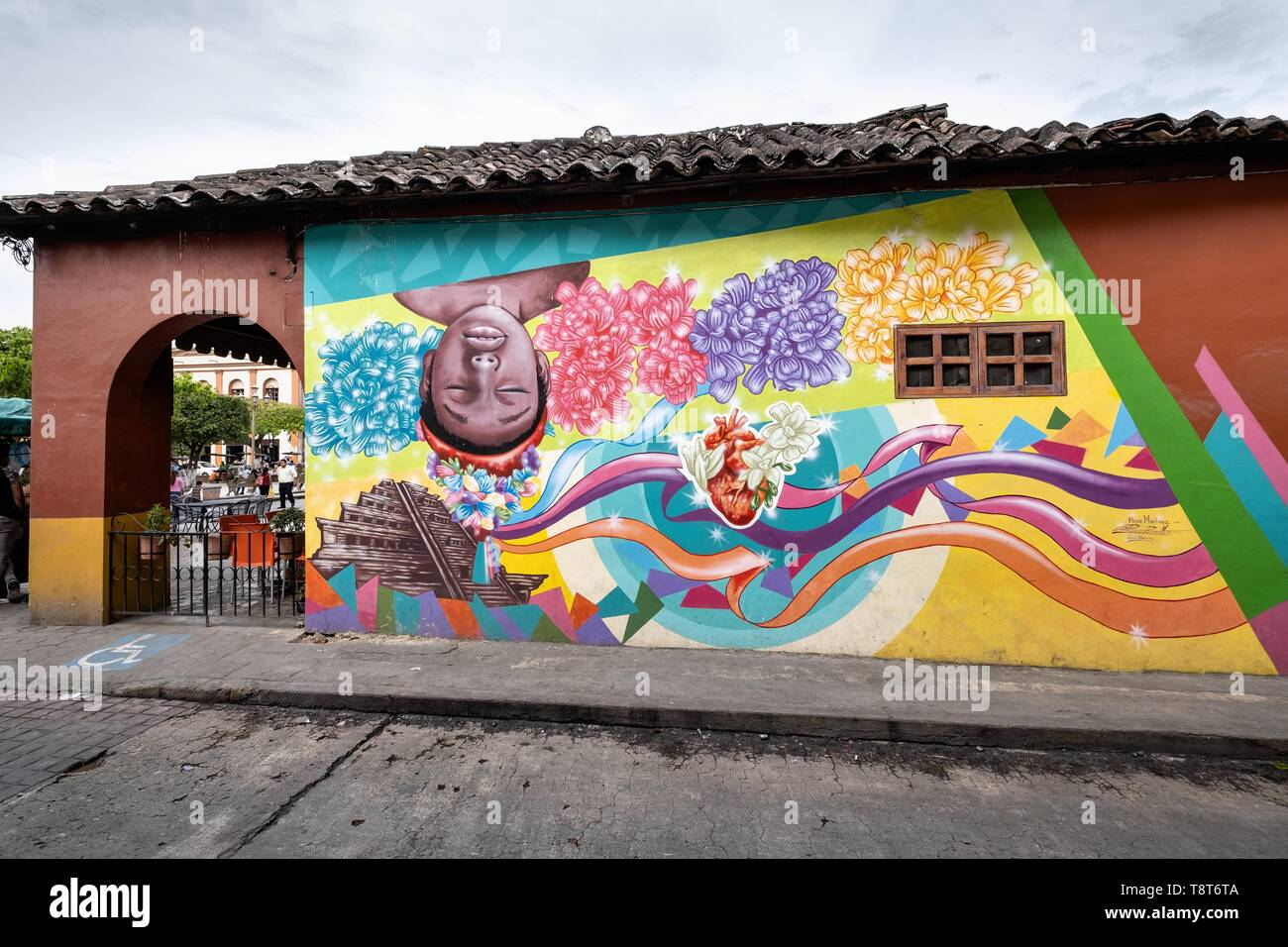 A mural honoring the indigenous Totonac culture by Teodoro Cano Garcia, in the Plaza Central Israel Tellez Park in Papantla, Veracruz, Mexico. - Stock Image