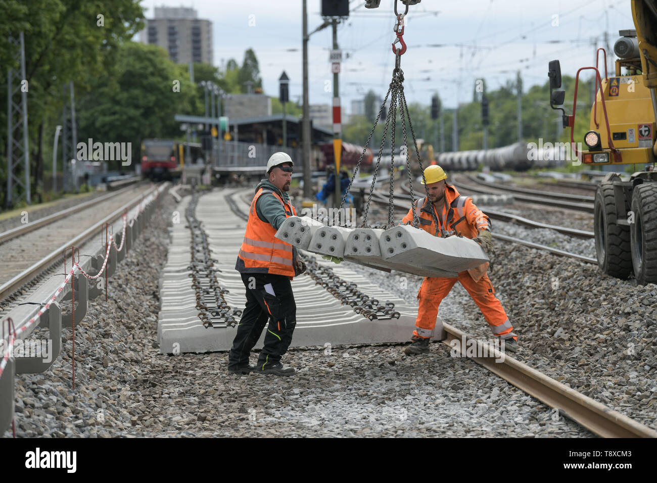 Berlin, Germany. 15th May, 2019. View of the construction work on the eastern Berlin S-Bahn ring between Greifswalder Straße and Prenzlauer Allee. Since 8 April 2019, travellers have had to live with considerable restrictions. The work is to be completed on time on 20 May 2019. Credit: Jörg Carstensen/dpa/Alamy Live News - Stock Image