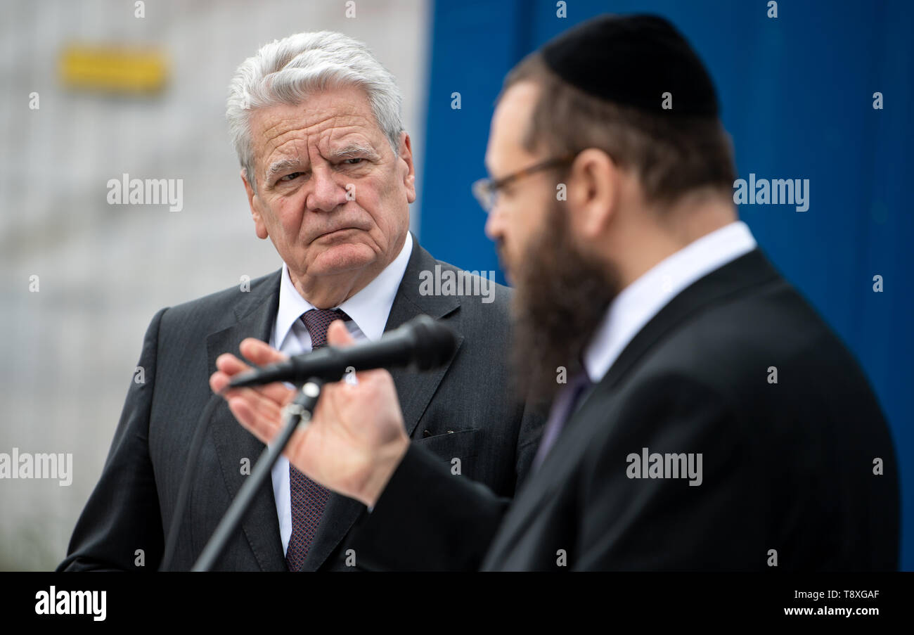 15 May 2019, Berlin: Former Federal President Joachim Gauck (l) is welcomed by Rabbi Yehuda Teichtal, Chairman of the Chabad Jewish Education Centre, to the construction site of the future Jewish Campus in Wilmersdorf. By the end of 2020, an educational campus with a kindergarten, primary school, grammar school and educational and leisure facilities is to be built for around 18 million euros. The project is supported by the community of Chabad Lubavitsch. The building is financed by the federal government, the state, private donations and endowments. One of the main sponsors is the British Jew - Stock Image
