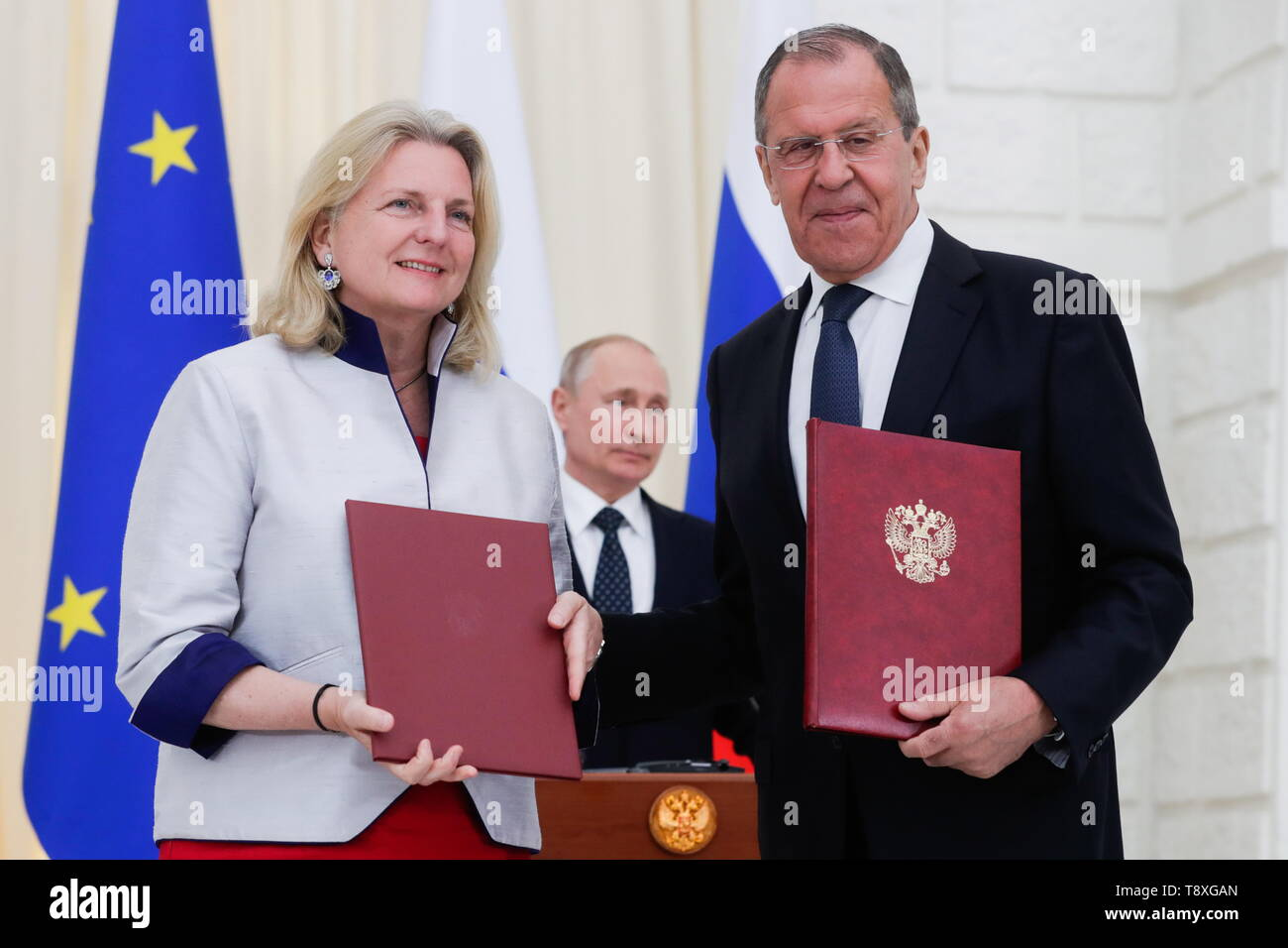 Sochi, Russia. 15th May, 2019. SOCHI, RUSSIA - MAY 15, 2019: Austria's Foreign Minister Karin Kneissl and Russia's Foreign Minister Sergei Lavrov (L-R front) sign joint documents at a ceremony attended by Russia's President Vladimir Putin and following Russian-Austrian talks at the Rus health resort. Mikhail Metzel/TASS Credit: ITAR-TASS News Agency/Alamy Live News - Stock Image