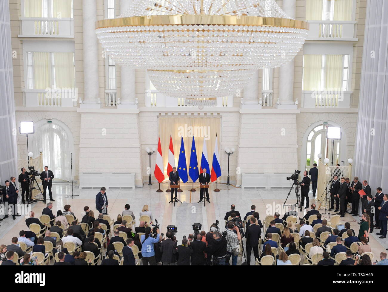 Sochi, Russia. 15th May, 2019. SOCHI, RUSSIA - MAY 15, 2019: Austria's President Alexander Van der Bellen and Russia's President Vladimir Putin (L-R back) at a joint press conference following their meeting at the Rus health resort. Alexei Druzhinin/Russian Presidential Press and Information Office/TASS Credit: ITAR-TASS News Agency/Alamy Live News Stock Photo
