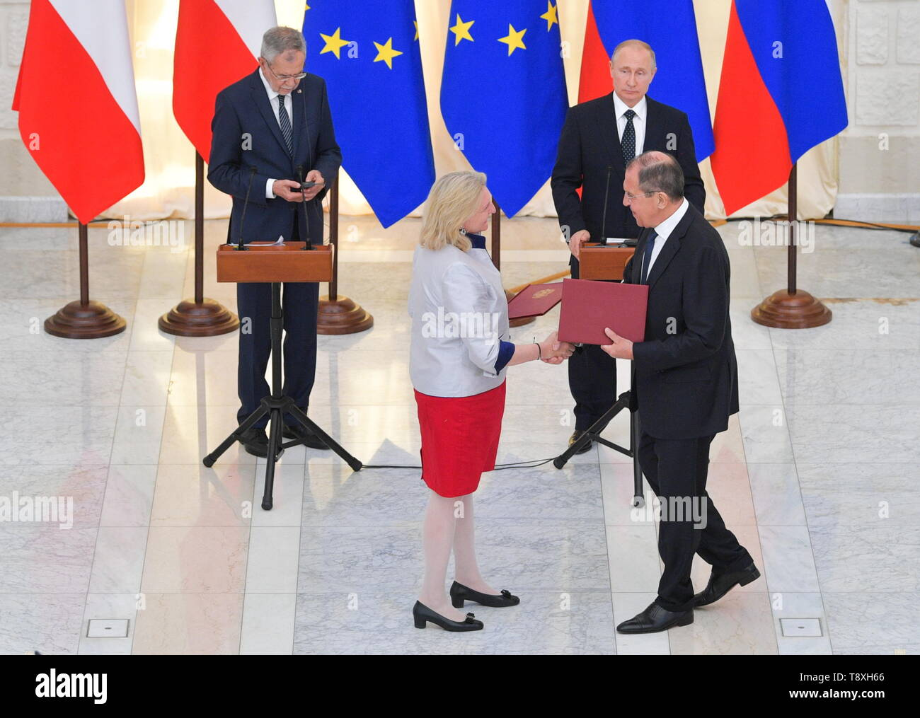 Sochi, Russia. 15th May, 2019. SOCHI, RUSSIA - MAY 15, 2019: Austria's Foreign Minister Karin Kneissl and Russia's Foreign Minister Sergei Lavrov (L-R front) sign joint documents at a ceremony attended by Austria's President Alexander Van der Bellen and Russia's President Vladimir Putin, and following Russian-Austrian talks at the Rus health resort. Alexei Druzhinin/Russian Presidential Press and Information Office/TASS Credit: ITAR-TASS News Agency/Alamy Live News Stock Photo