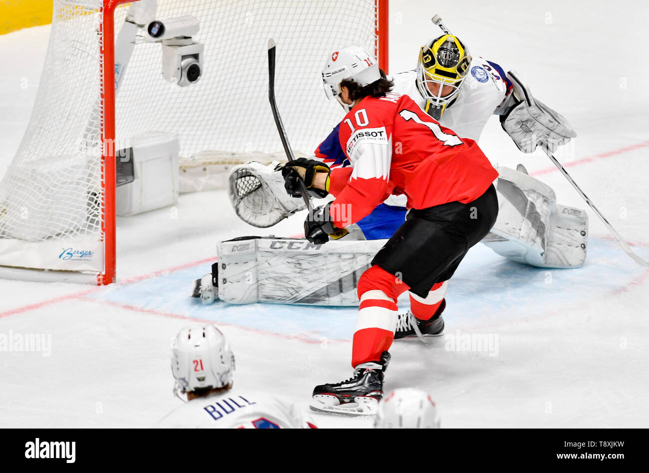 Bratislava, Slovakia. 15th May, 2019. Andres Ambuhl (SWE), in red, scores against goaltender Henrik Holm (NOR) in the match between Switzerland and Norway within the 2019 IIHF World Championship in Bratislava, Slovakia, on May 15, 2019. Credit: Vit Simanek/CTK Photo/Alamy Live News Stock Photo