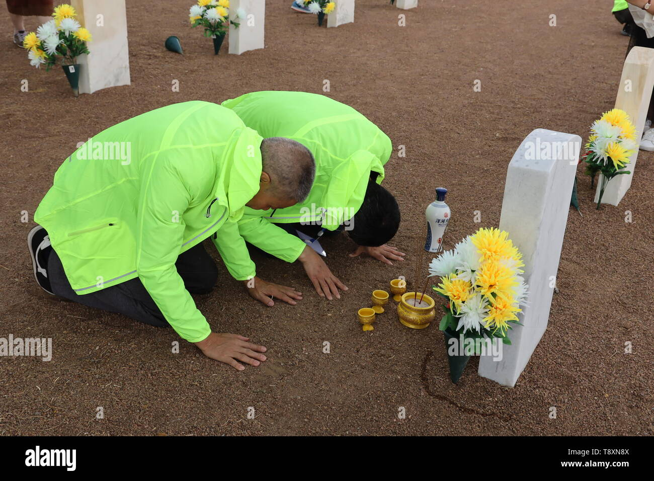 (190515) -- EL PASO (U.S.), May 15, 2019 (Xinhua) -- Family members of a killed Chinese pilot pay homage to their loved one at the Fort Bliss National Cemetery in El Paso, Texas, the United States, on May 12, 2019. More than seven decades ago, groups of young Chinese came to the United States for military flight trainings against Japanese invasion. Unfortunately, 52 of them were killed during pilot trainings. Now, for the first time in more than half a century, relatives of those killed Chinese cadets made an arduous journey to El Paso, U.S. state of Texas, for belated reunions with their dece - Stock Image