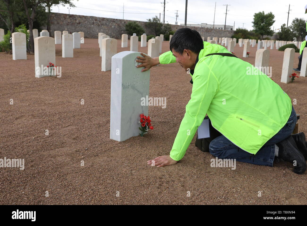 (190515) -- EL PASO (U.S.), May 15, 2019 (Xinhua) -- A family member of a killed Chinese pilot pays homage to his loved one at the Fort Bliss National Cemetery in El Paso, Texas, the United States, on May 12, 2019. More than seven decades ago, groups of young Chinese came to the United States for military flight trainings against Japanese invasion. Unfortunately, 52 of them were killed during pilot trainings. Now, for the first time in more than half a century, relatives of those killed Chinese cadets made an arduous journey to El Paso, U.S. state of Texas, for belated reunions with their dece - Stock Image
