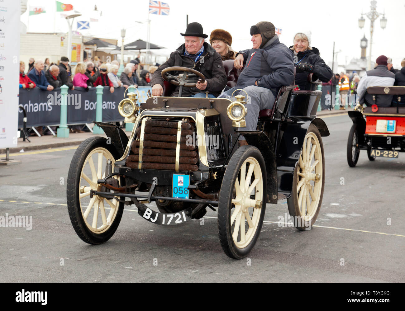 Mr Roy Tubby driving his 1900 Panhard et Levassor, across the finishing line of the 2018 London to Brighton Veteran Car Run Stock Photo