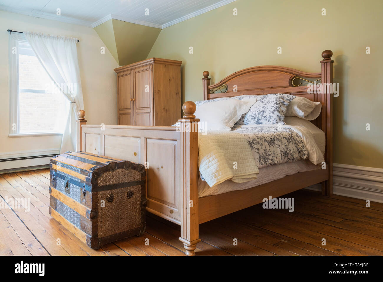 Queen Size Bed With Wooden Headboard And Footboard Antique Travel