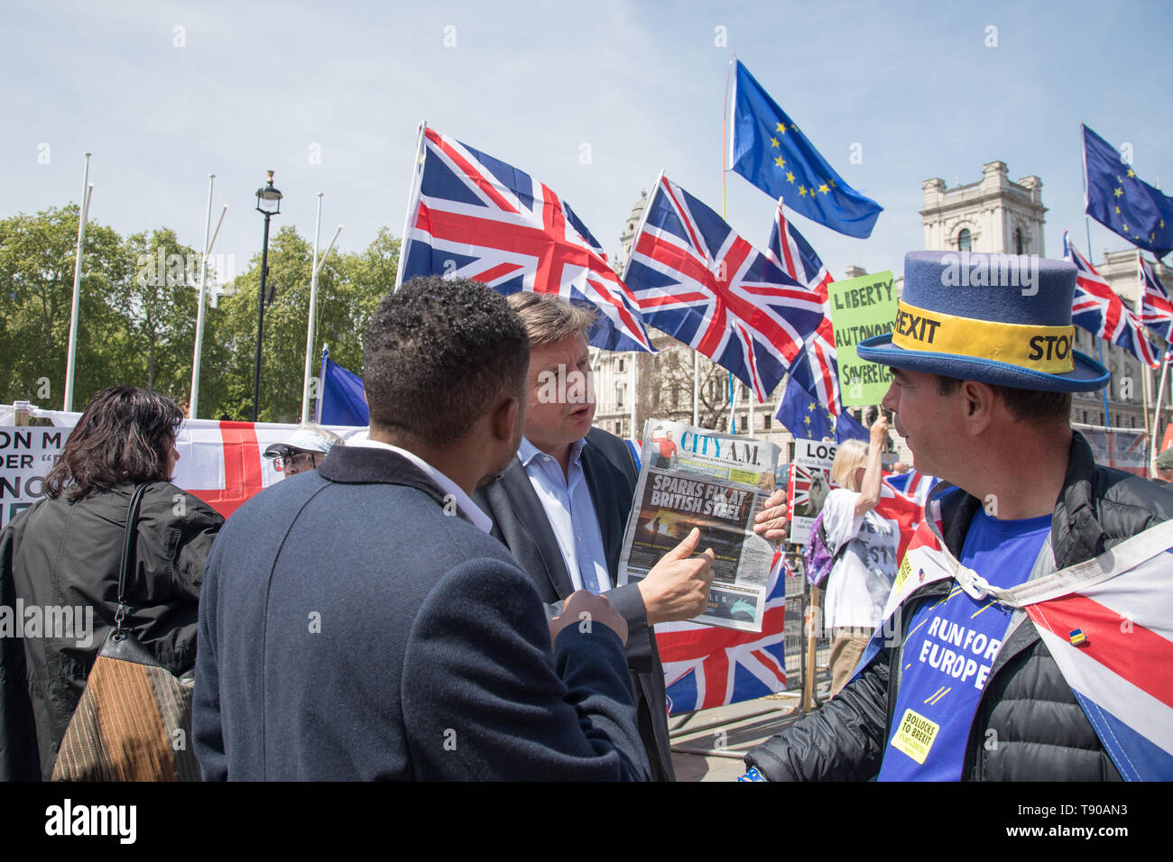 London, UK. 15 May 2019. (L-R) A pro-leave supporter debates with  and pro-remainer Steve Bray of SODEM  outside the House of Parliament, Westminster.  Theresa May announces fresh vote on Brexit deal. The Prime Minister faces Question Time in the Commons. - Stock Image