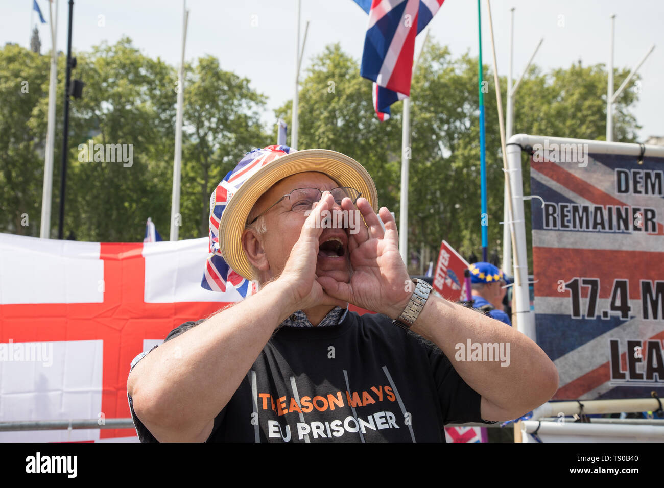 London, UK. 15 May 2019. Pro-leavers and pro-remainers demonstrators debate outside the House of Parliament, Westminster.  Theresa May announces fresh vote on Brexit deal. The Prime Minister faces Question Time in the Commons. - Stock Image
