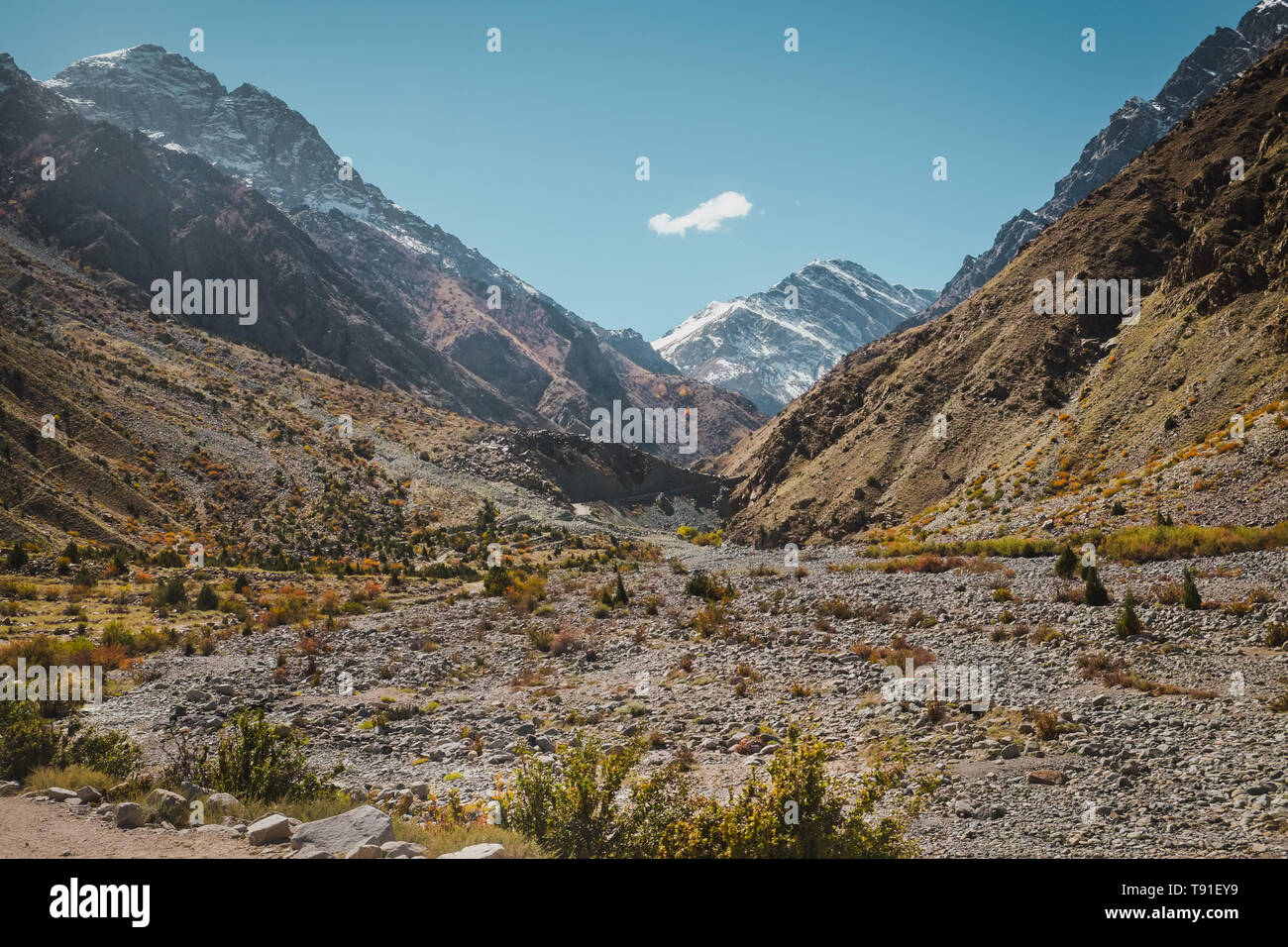 Nature landscape view of wilderness area surrounded by snow capped mountains in Karakoram range, Skardu. Gilgit Baltistan, Pakistan. - Stock Image