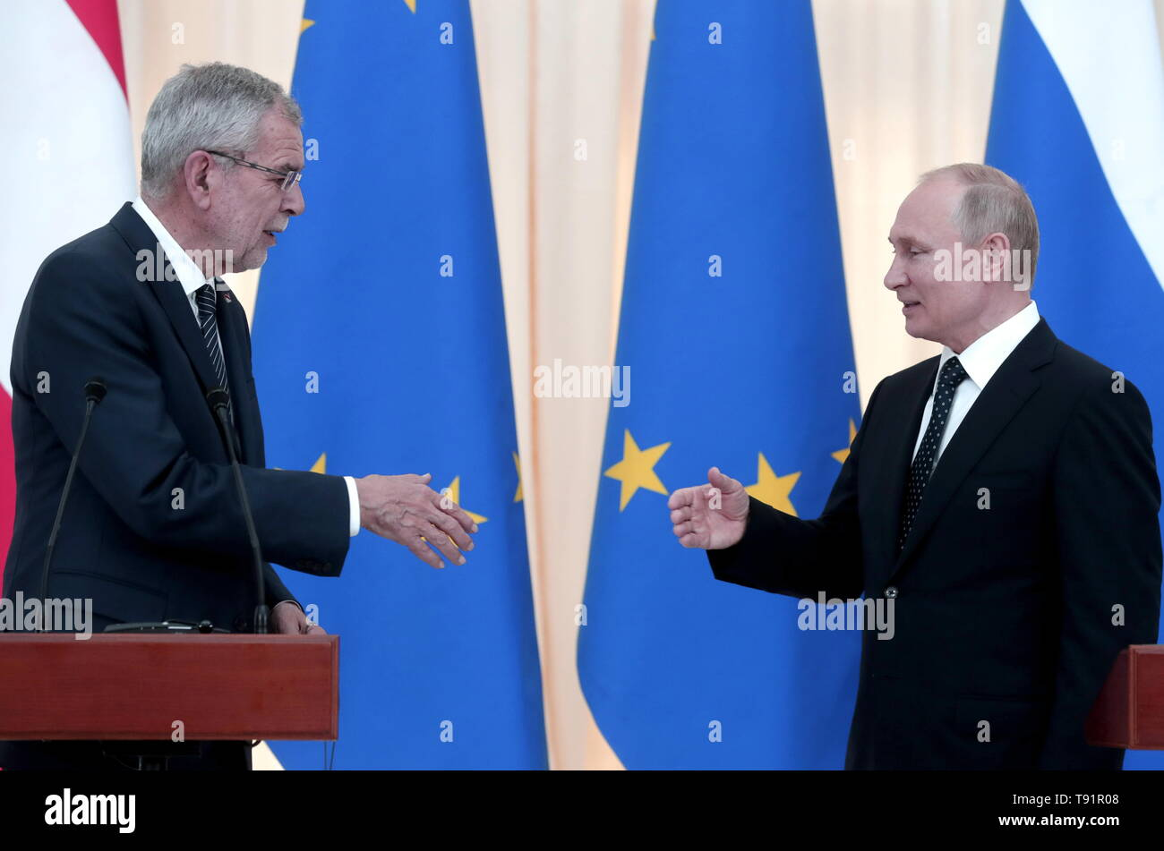 Sochi, Russia. 15th May, 2019. SOCHI, RUSSIA - MAY 15, 2019: Austria's President Alexander Van der Bellen (L) shakes hands with Russia's President Vladimir Putin during a joint news conference following their talks, at the Rus health resort. Mikhail Metzel/TASS Credit: ITAR-TASS News Agency/Alamy Live News - Stock Image