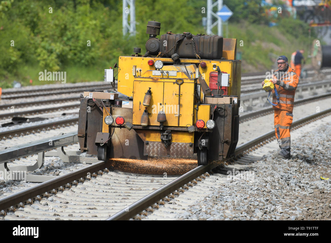 Berlin, Germany. 15th May, 2019. New tracks will be ground during construction work on the eastern Berlin S-Bahn ring between Greifswalder Straße and Prenzlauer Allee. Since 8 April 2019, travellers have had to live with considerable restrictions. The work is due to be completed on 20 May. Credit: Jörg Carstensen/dpa/Alamy Live News - Stock Image