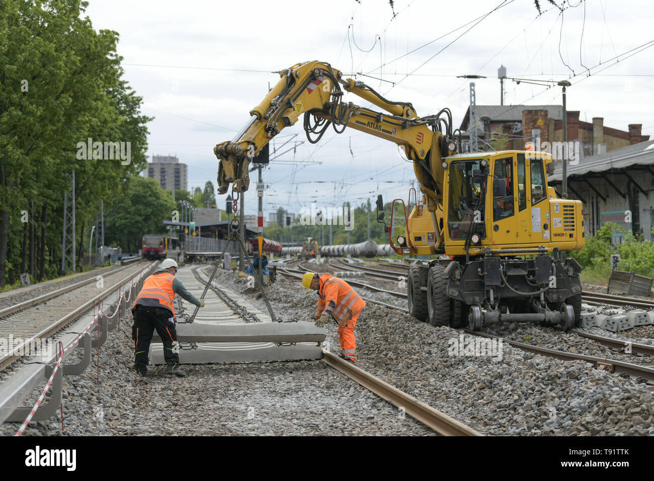 Berlin, Germany. 15th May, 2019. View of the construction work on the eastern Berlin S-Bahn ring between Greifswalder Straße and Prenzlauer Allee. Since 8 April 2019, travellers have had to live with considerable restrictions. The work is due to be completed on 20 May. Credit: Jörg Carstensen/dpa/Alamy Live News - Stock Image