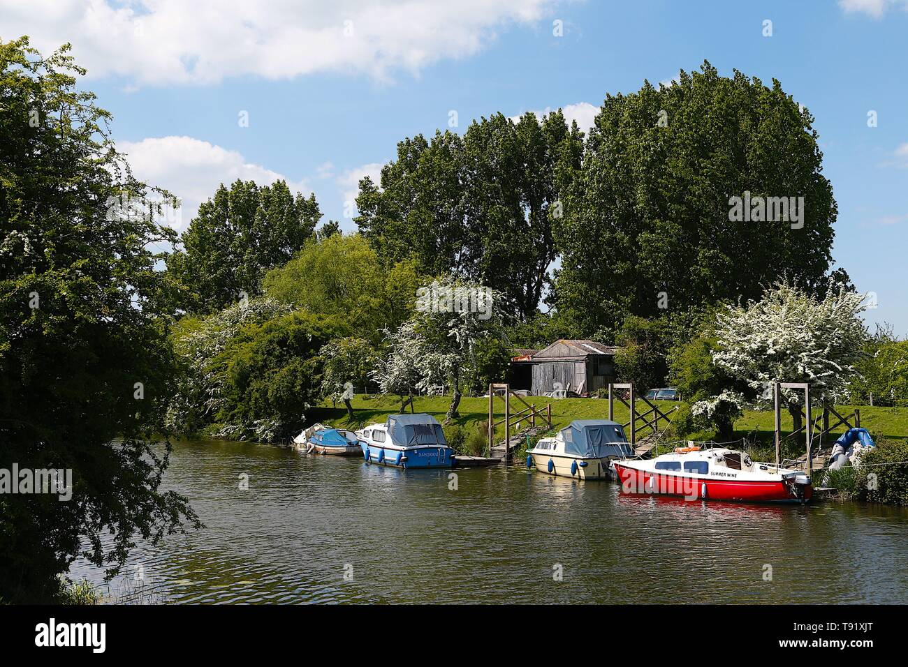 Near Iden village, East Sussex, UK. 16 May, 2019. UK Weather: A beautiful sunny afternoon in the rural setting near Iden, a village mentioned in the doomsday book. Lots of boats sit moored on the River Rother with tranquil waters and only a slight breeze in the air. Photo Credit: Paul Lawrenson/Alamy Live News - Stock Image