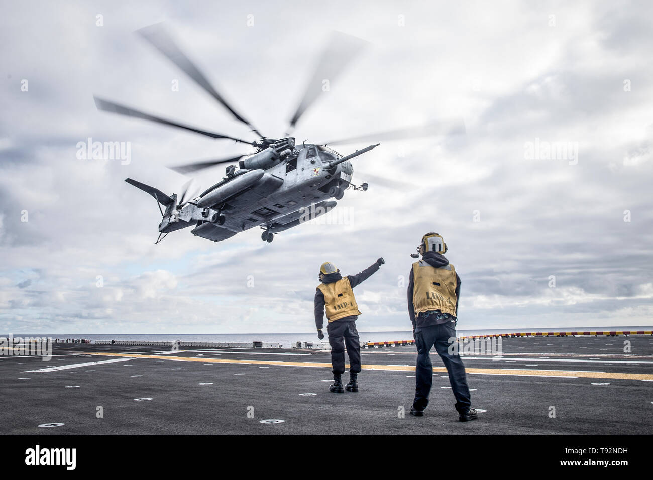 190505-M-EC058-0130 PACIFIC OCEAN (May 5, 2019) A CH-53E Super Stallion with Marine Medium Tiltrotor Squadron (VMM) 163 (Reinforced), 11th Marine Expeditionary Unit (MEU), prepares to land aboard the amphibious assault ship USS Boxer (LHD 4). The Marines and Sailors of the 11th MEU are conducting routine operations as part of the Boxer Amphibious Ready Group. (U.S. Marine Corps photo by Lance Cpl. Dalton S. Swanbeck) - Stock Image