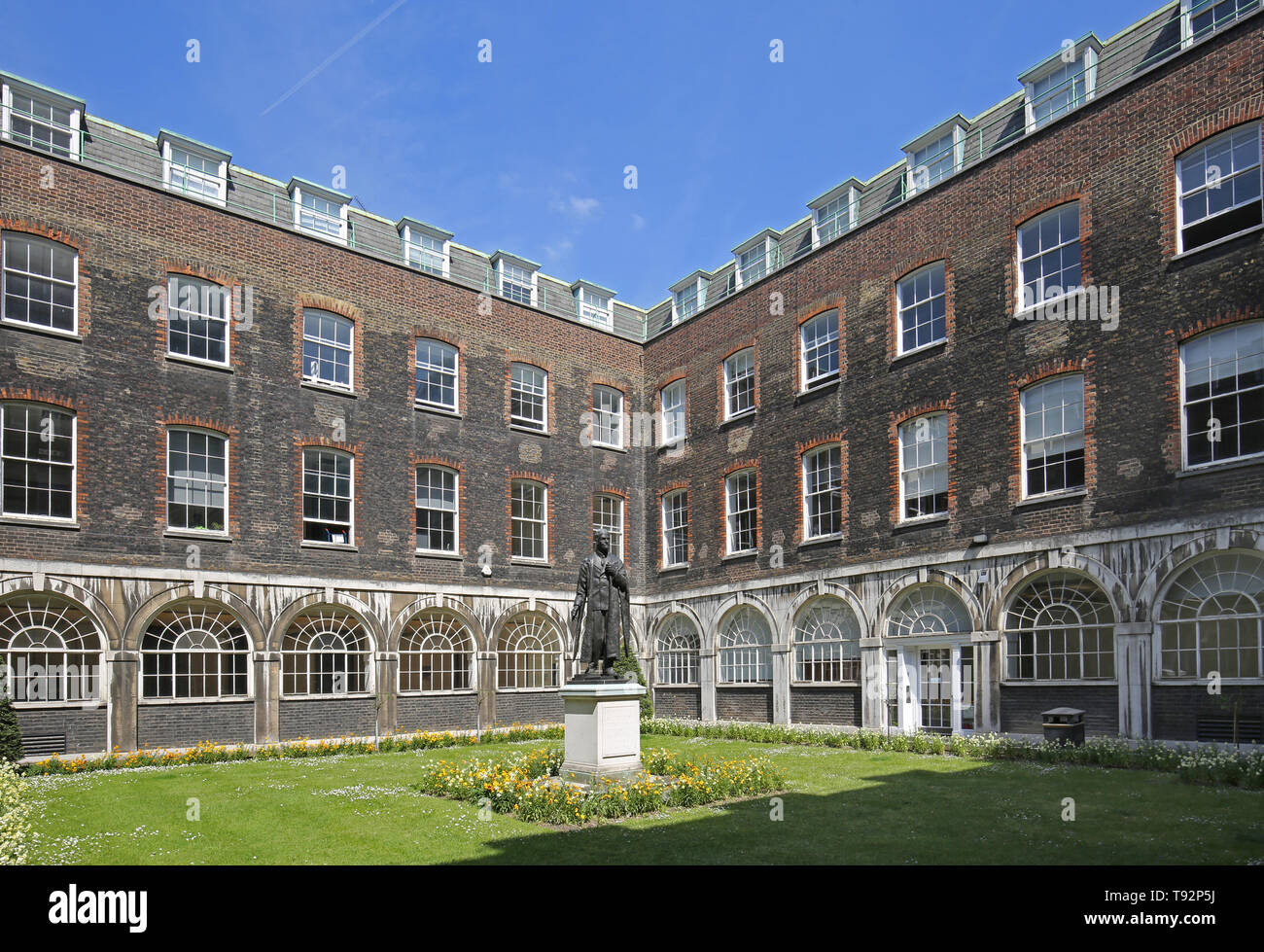 Coutyard of the original Victorian Guys Hospital building. Shows statue Vicount Nuffield. - Stock Image