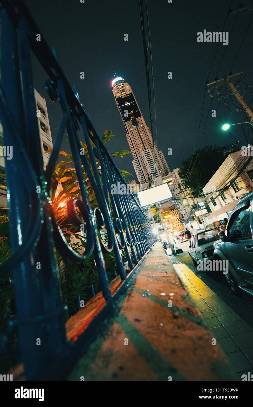 Bangkok bei Nacht mit Hochhäusern und schöne Lichter - Stock Image