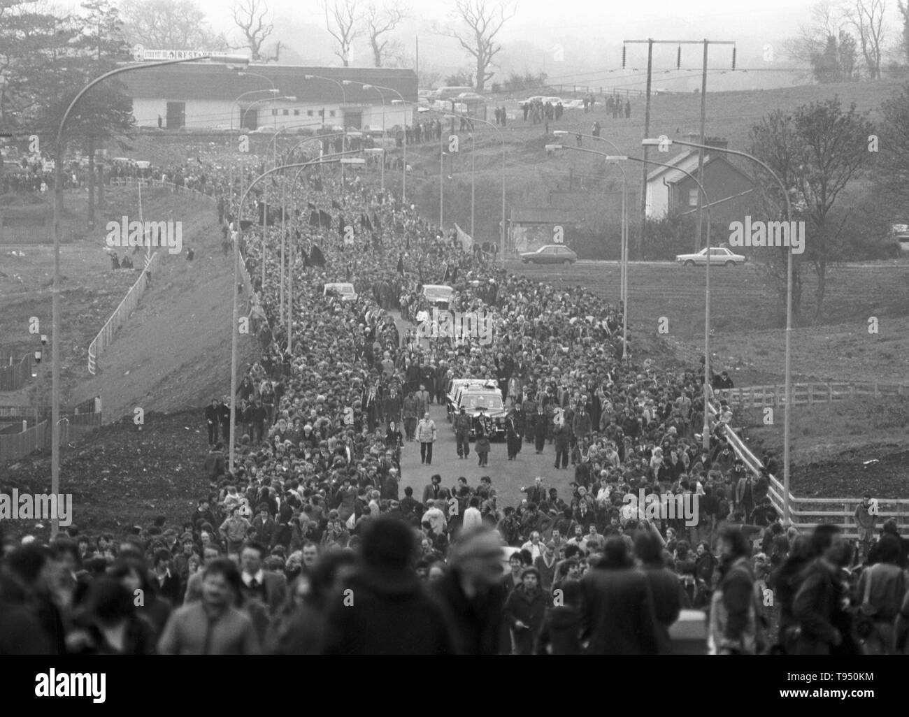 A general view of the funeral procession of IRA hunger protester Bobby Sands, MP. The procession left St Luke's Church on the Twinbrook Estate for the 3-mile journey to Milltown cemetery, Belfast. - Stock Image