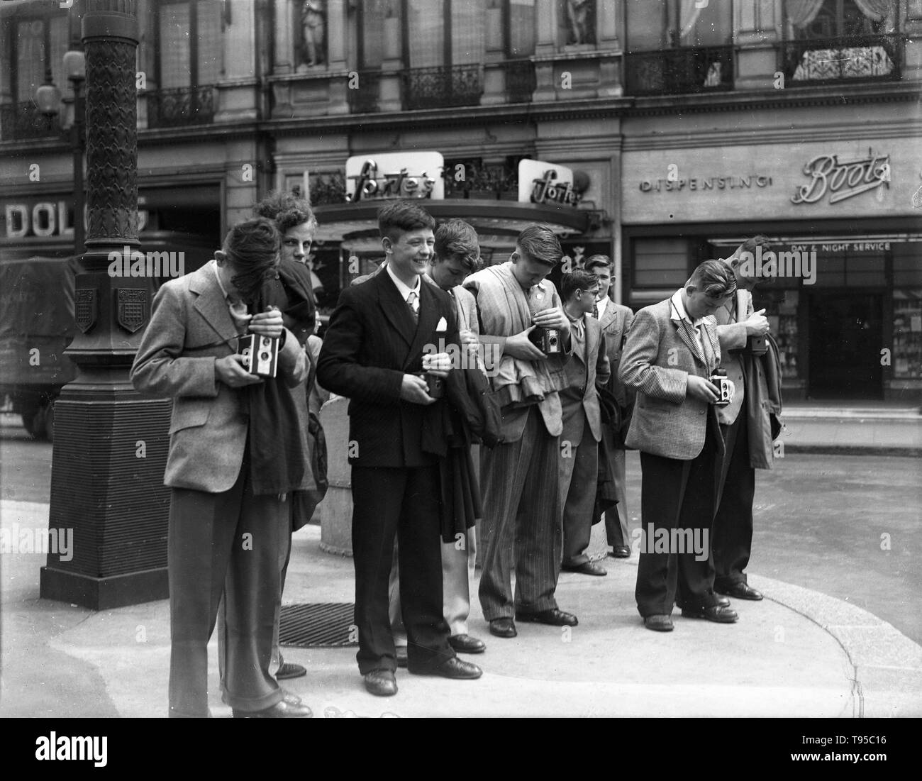Smartly dressed young men teenagers taking photographs in Westminster, London, 1949 - Stock Image