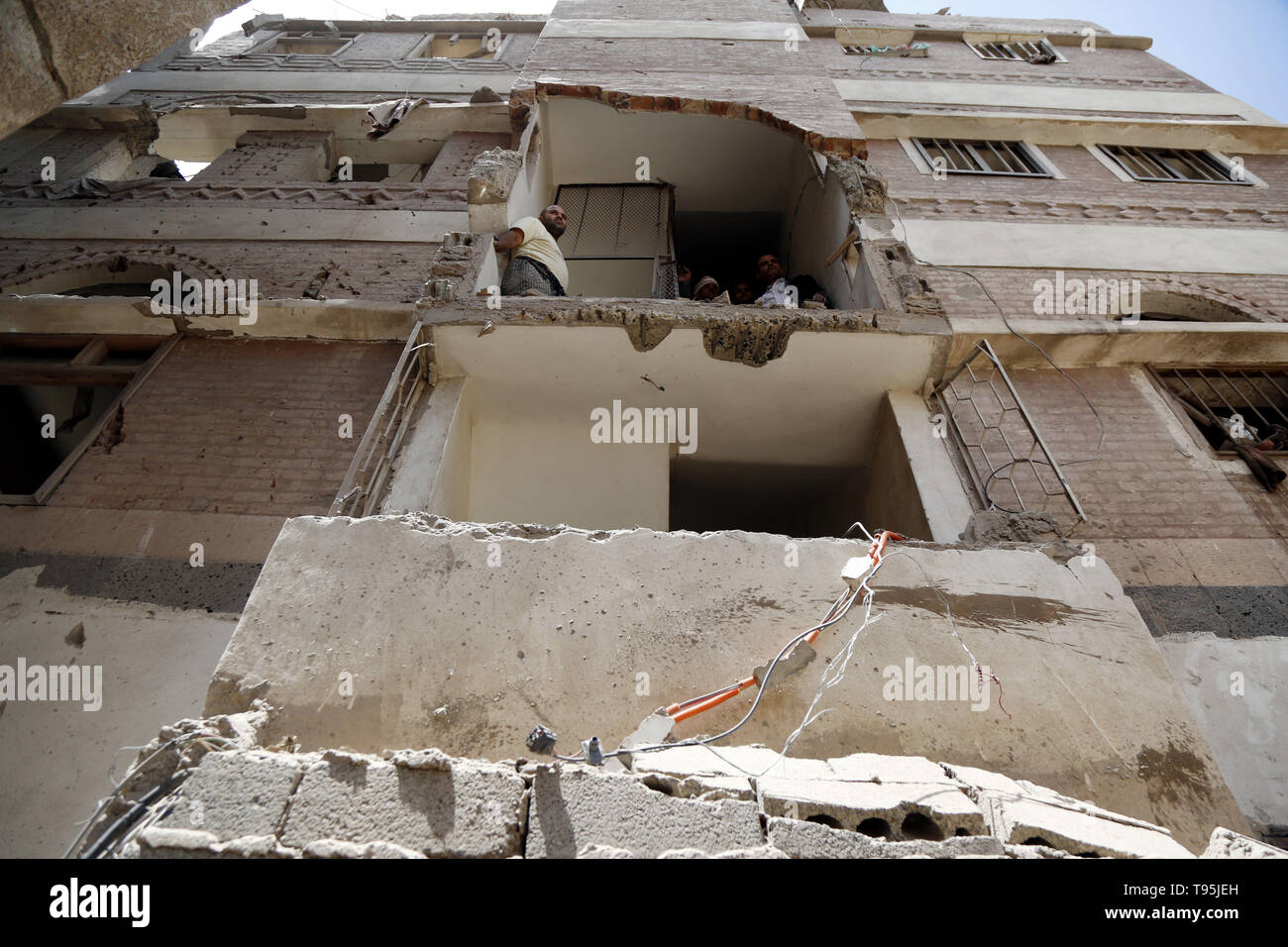 Sanaa, Yemen. 16th May 2019. Photo taken on May 16, 2019 shows a damaged house after an airstrike hit by the Saudi Arabia-led coalition in Sanaa, capital of Yemen. The Saudi Arabia-led coalition launched airstrikes on Houthi rebels' targets in the Yemeni capital Sanaa on Thursday morning, causing civilian casualties and damages, authorities and local residents said. Credit: Xinhua/Alamy Live News - Stock Image