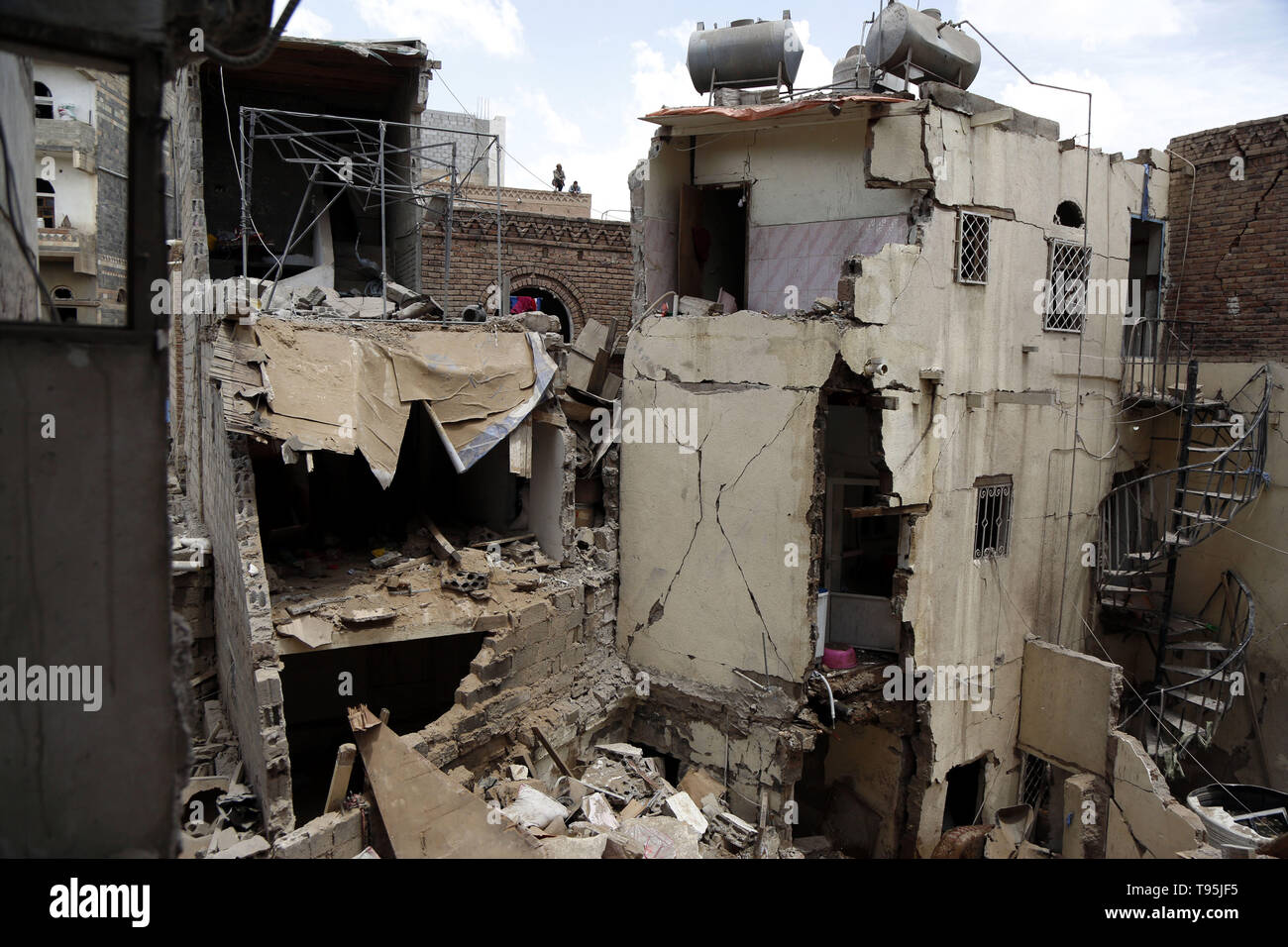 Sanaa, Yemen. 16th May 2019. Photo taken on May 16, 2019 shows damaged houses after an airstrike hit by the Saudi Arabia-led coalition in Sanaa, capital of Yemen. The Saudi Arabia-led coalition launched airstrikes on Houthi rebels' targets in the Yemeni capital Sanaa on Thursday morning, causing civilian casualties and damages, authorities and local residents said. Credit: Xinhua/Alamy Live News - Stock Image