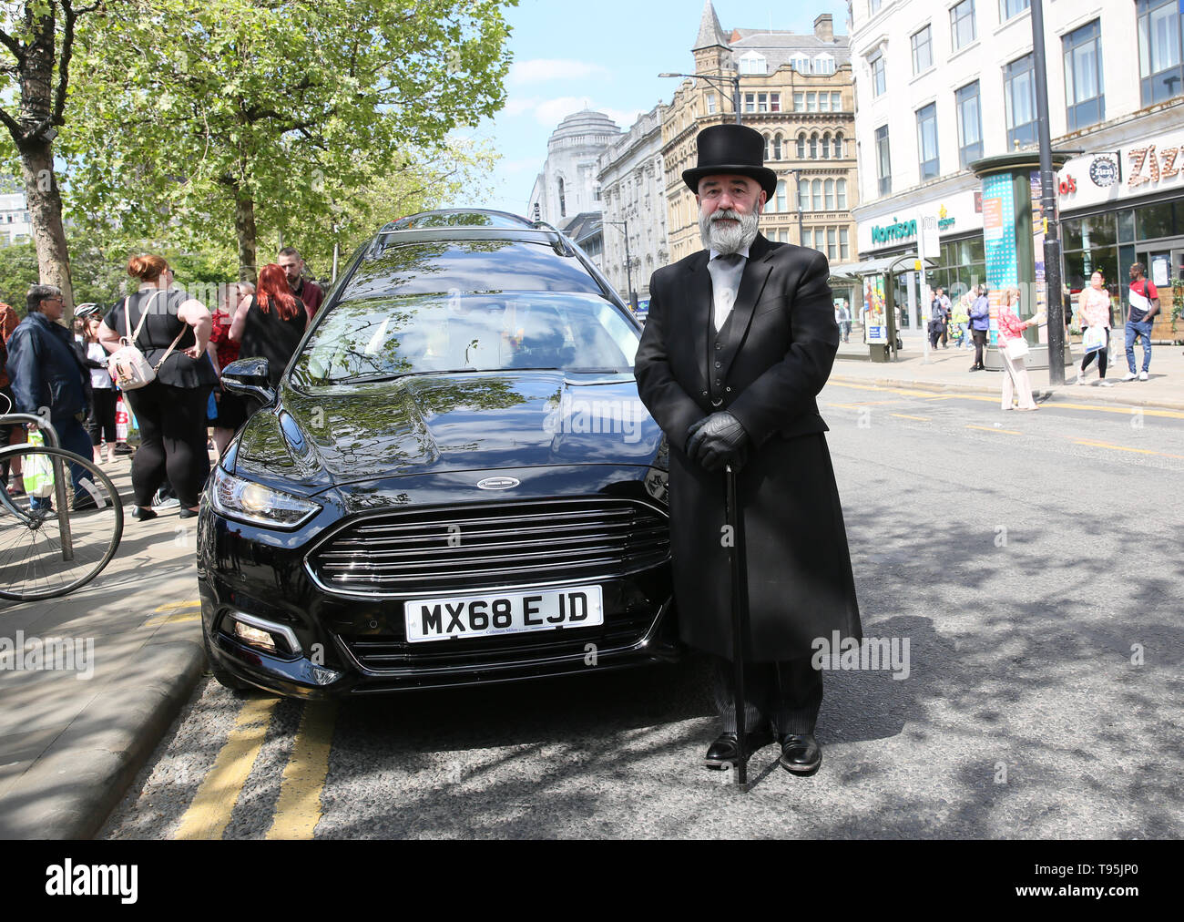 Piccadilly Gardens, Manchester, UK, 16th May, 2019. The funeral of Manchester 'Piccadilly Rat' Ray Boddington is due to take place In Salford.  The Hearse carrying his coffin parked in the city center giving friends the opportunity to pay their respects.  The popular street entertainer died in hospital after been hit by a tram. Piccadilly Gardens, Manchester.  Credit: Barbara Cook/Alamy Live News - Stock Image
