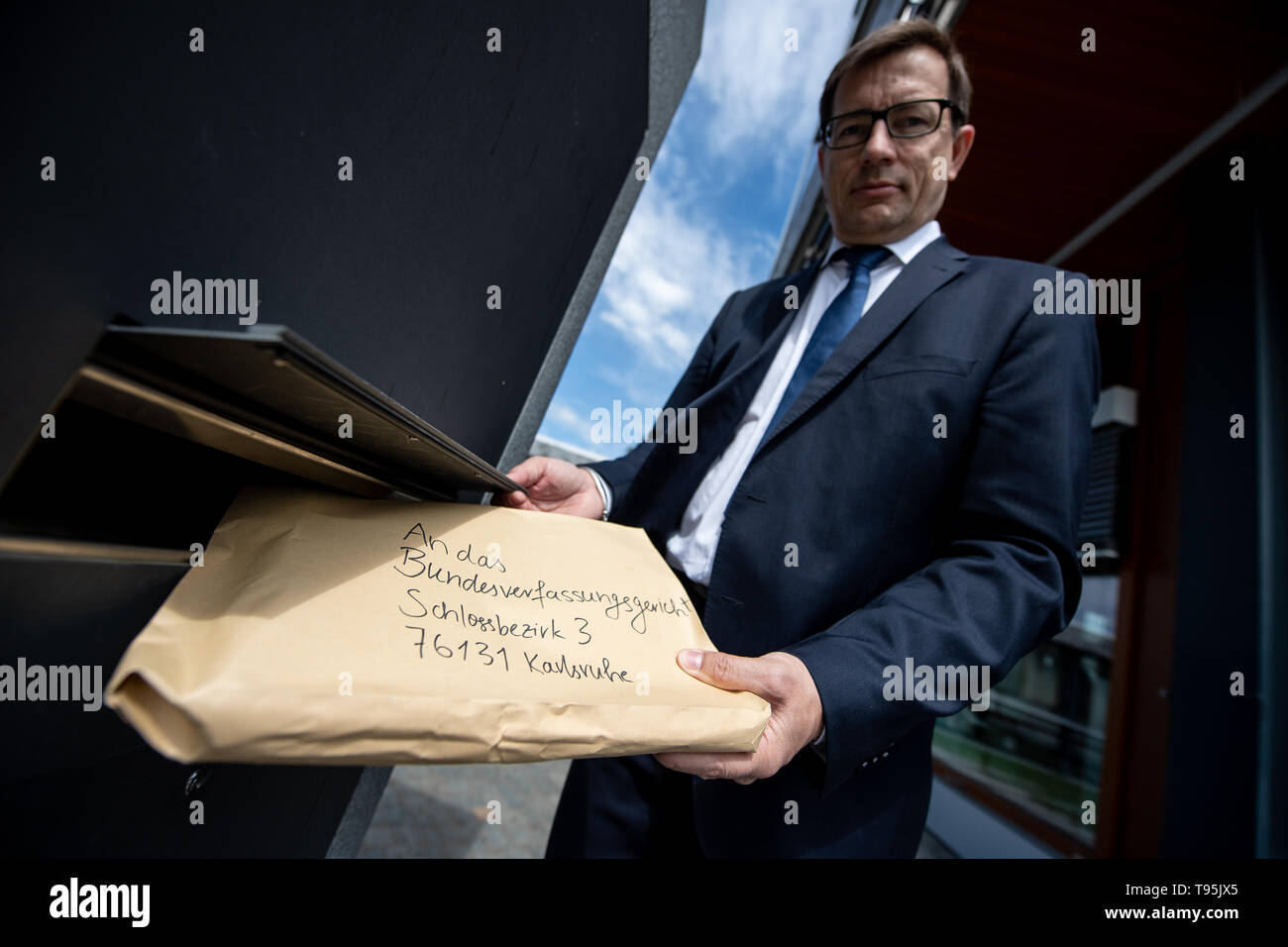 Karlsruhe, Germany. 16th May, 2019. Roman Huber, Federal Executive Director for More Democracy, files a constitutional complaint before the Federal Constitutional Court against the EU trade agreement with Singapore. The complaint by Foodwatch, Mehr Demokratie and Campact is supported by more than 13,000 citizens. Credit: Fabian Sommer/dpa/Alamy Live News Stock Photo