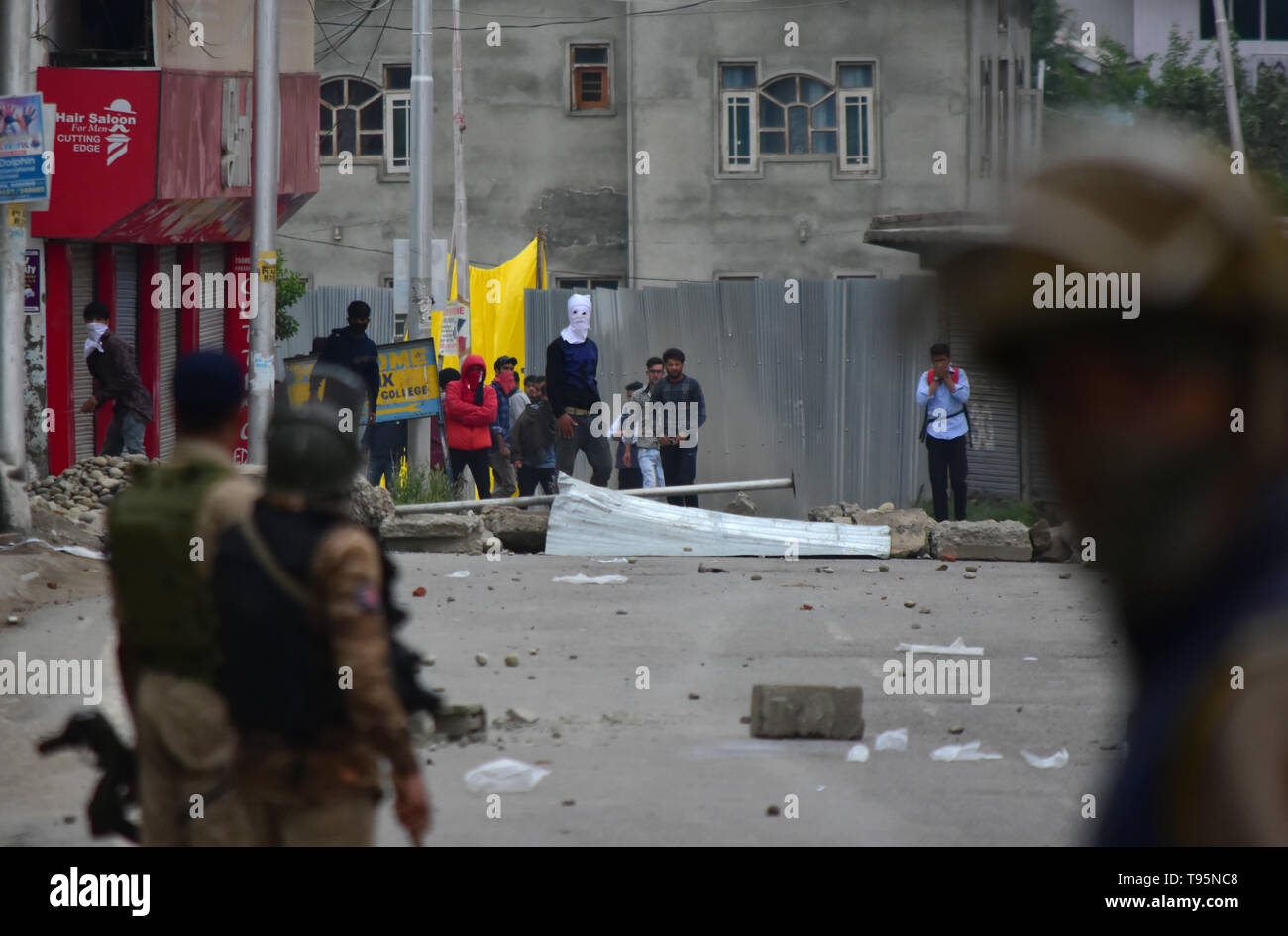 Pulwama, Kashmir. 16th May 2019. Protesters clash with Indian government forces after the funeral procession of rebel commander Naseer Pandith in the Karimabad area of the Pulwama district in Indian Administered Kashmir. 16th May, 2019. The militant commander was killed in a pre-dawn confrontation between Indian forces and rebels in the Dalipora area of Pulwama during which two other rebels, a soldier, and a civilian were also killed. After the funeral hundreds of mourners clashed with Indian forces in many sites in Pulwama Credit: Muzamil Mattoo/IMAGESLIVE/ZUMA Wire/Alamy Live News - Stock Image