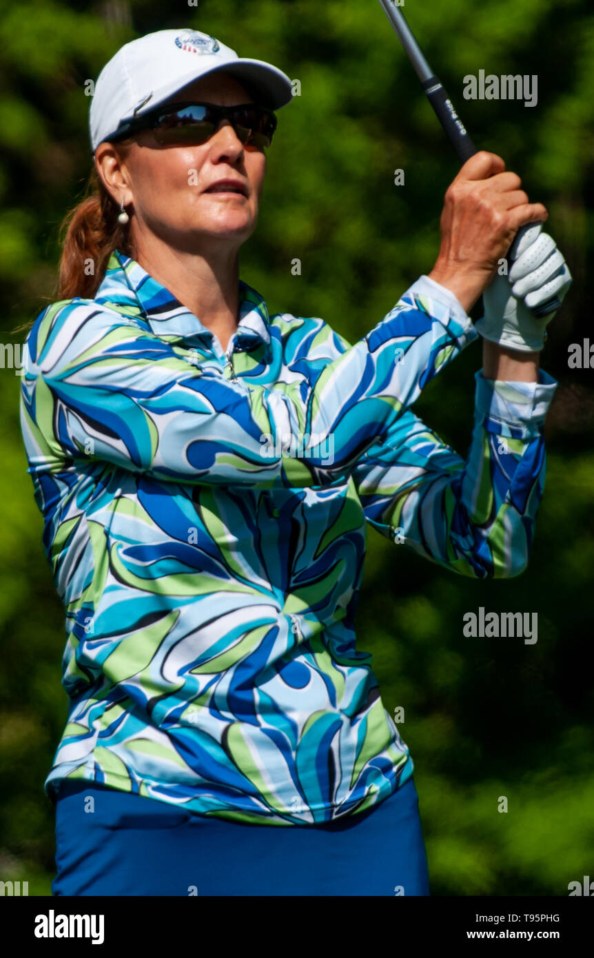Southern Pines, North Carolina, USA. 16th May, 2019. May 16, 2019 - Southern Pines, North Carolina, US - BARB BUNKOWSKY of Canada watches her tee shot on the 9th hole during the first round of the USGA's 2nd U.S. Senior Women's Open Championship at Pine Needles Lodge & Golf Club, May 16, 2019 in Southern Pines, North Carolina. This is the sixth USGA Championship at Pine Needles dating back to 1989. Credit: Timothy L. Hale/ZUMA Wire/Alamy Live News - Stock Image