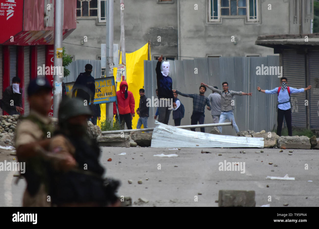 May 16, 2019, Pulwama, Kashmir, India: Protesters clash with Indian government forces after the funeral procession of rebel commander Naseer Pandith in the Karimabad area of the Pulwama district in Indian Administered Kashmir. The militant commander was killed in a pre-dawn confrontation between Indian forces and rebels in the Dalipora area of Pulwama during which two other rebels, a soldier, and a civilian were also killed. After the funeral hundreds of mourners clashed with Indian forces in many sites in Pulwama Credit: Muzamil Mattoo/IMAGESLIVE/ZUMA Wire/Alamy Live News - Stock Image