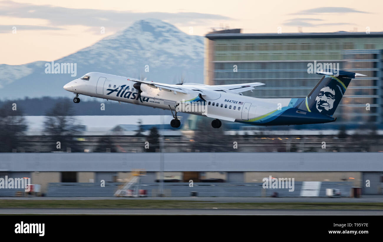 Richmond, British Columbia, Canada. 30th Mar, 2019. An Alaska Airlines (operated by Horizon Air) Bombardier Dash 8 Q400 (N447QX) turboprop regional airliner takes off from Vancouver International Airport. Both Alaska Airlines and Horizon Air are part of the Alaska Air Group Inc. Credit: Bayne Stanley/ZUMA Wire/Alamy Live News - Stock Image