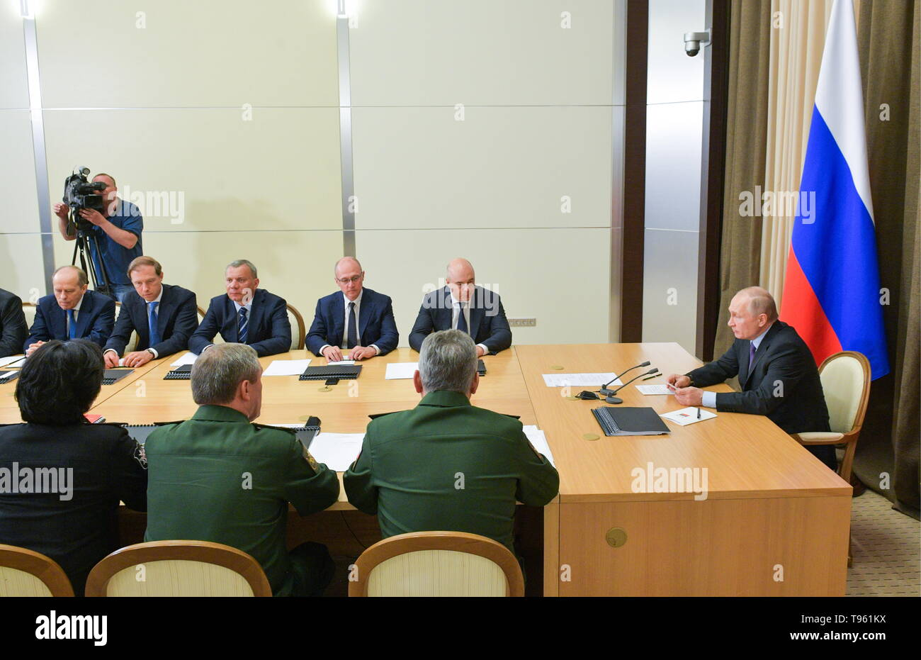 Sochi, Russia. 17th May, 2019. SOCHI, RUSSIA - MAY 17, 2019: Russia's President Vladimir Putin (R) holds a meeting at Bocharov Ruchei residence to discuss development prospects for the Russian Aerospace Forces. Alexei Druzhinin/Russian Presidential Press and Information Office/TASS Credit: ITAR-TASS News Agency/Alamy Live News Stock Photo