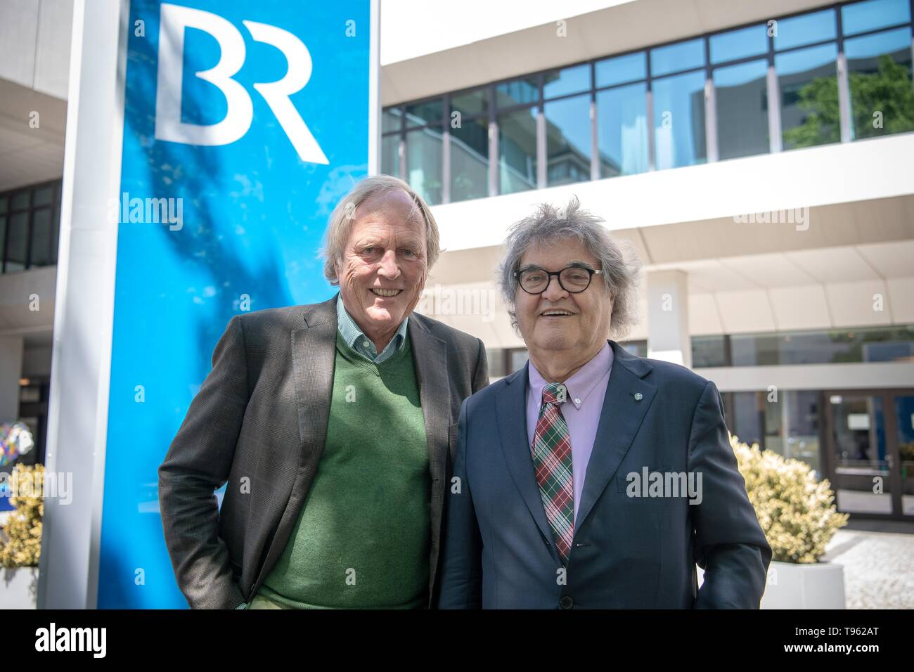 17 May 2019, Bavaria, Munich: Helmut Markwort (FDP, r), member of the state parliament, and Christoph Freiherr von Hutten, lawyer, stand in front of the building of the Bayerischer Rundfunk (BR). Actually, Markwort is named by the Landtag as one of twelve politicians for the supervisory board of Bayerischer Rundfunk (BR). But the Broadcasting Council had rejected the media entrepreneur as a new member after the state elections - among other things because of possible conflicts of interest due to Markwort's shareholdings and business activities with private radio stations. Photo: Sina Schuldt/d - Stock Image