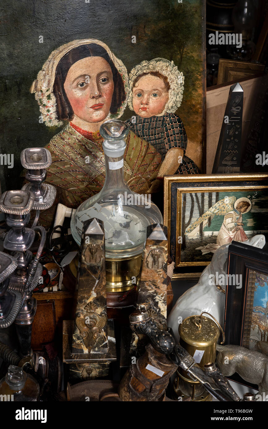 Painting of a mother and child along with various antique items on display in the window of an antique shop in Dundas Street, Edinburgh, Scotland, UK. - Stock Image
