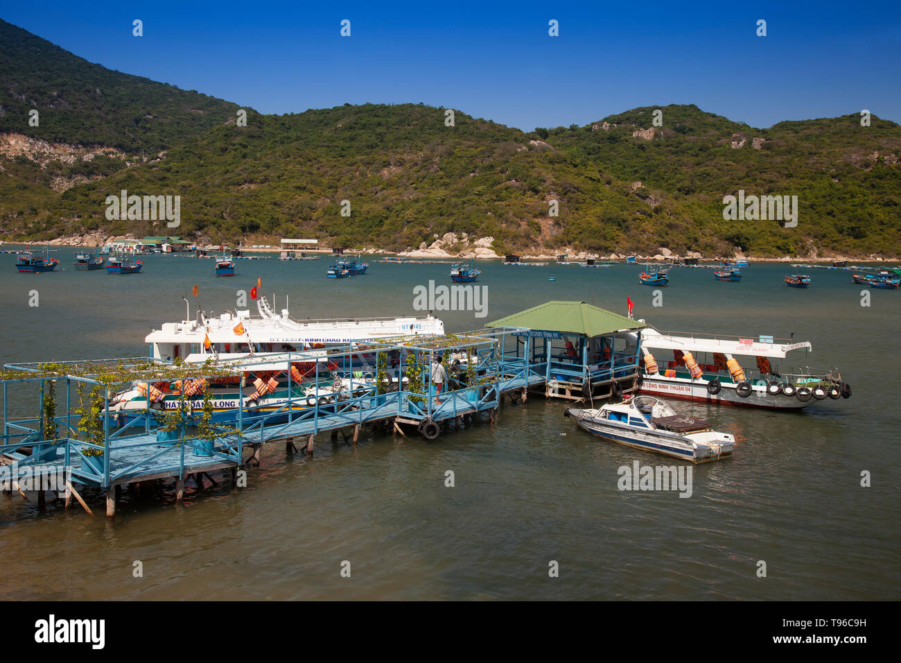 Boat station for tour boats in the bay at Vinh Hy, South China Sea, Ninh Thuan, Vietnam - Stock Image