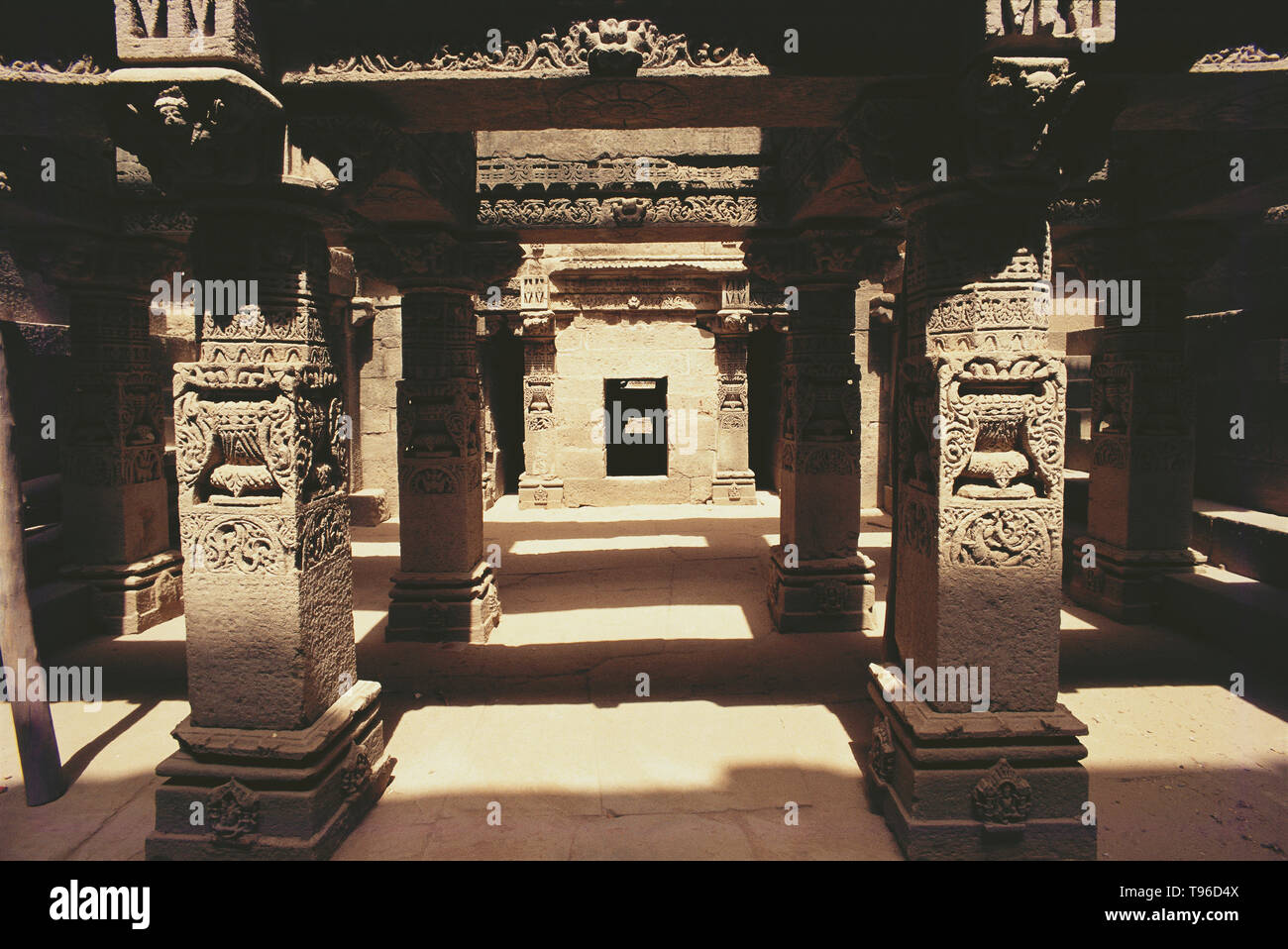 SCUPTURE ADORNING THE COLUMNS, THE STEPWELLS OF ADALAJ, GUJARAT, INDIA, ASIA - Stock Image