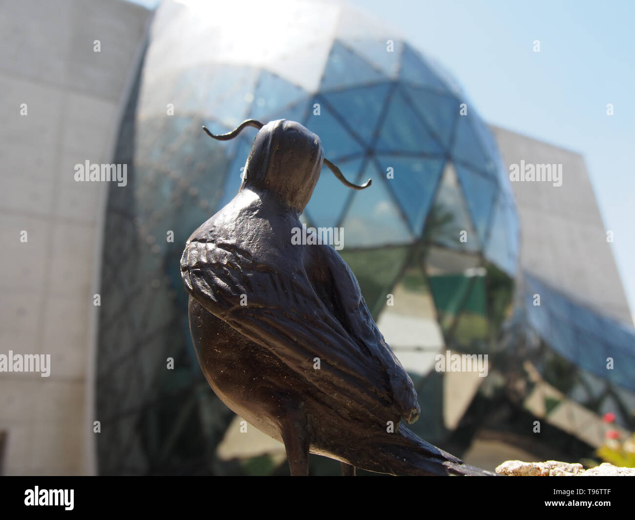 Mustachioed bronze bird sculpture in the Avant-garden at the Dali Museum, St. Petersburg, Florida, USA, May 8, 2019, © Katharine Andriotis - Stock Image