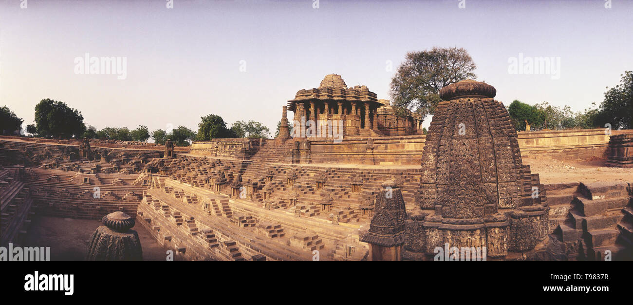 PANAROMIC VIEW OF MODEHRA SUN TEMPLE WITH WATER TANK IN FOREGROUND, GUJARAT, INDIA - Stock Image