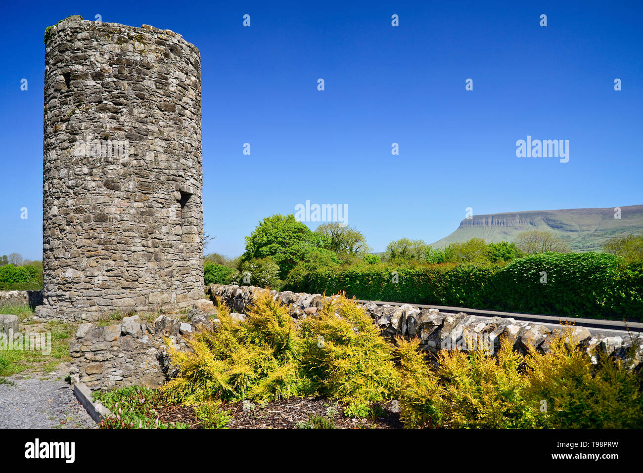 Ireland, County Sligo, Drumcliffe, Stump of Round Tower with Ben Bulben mountain in the background. - Stock Image