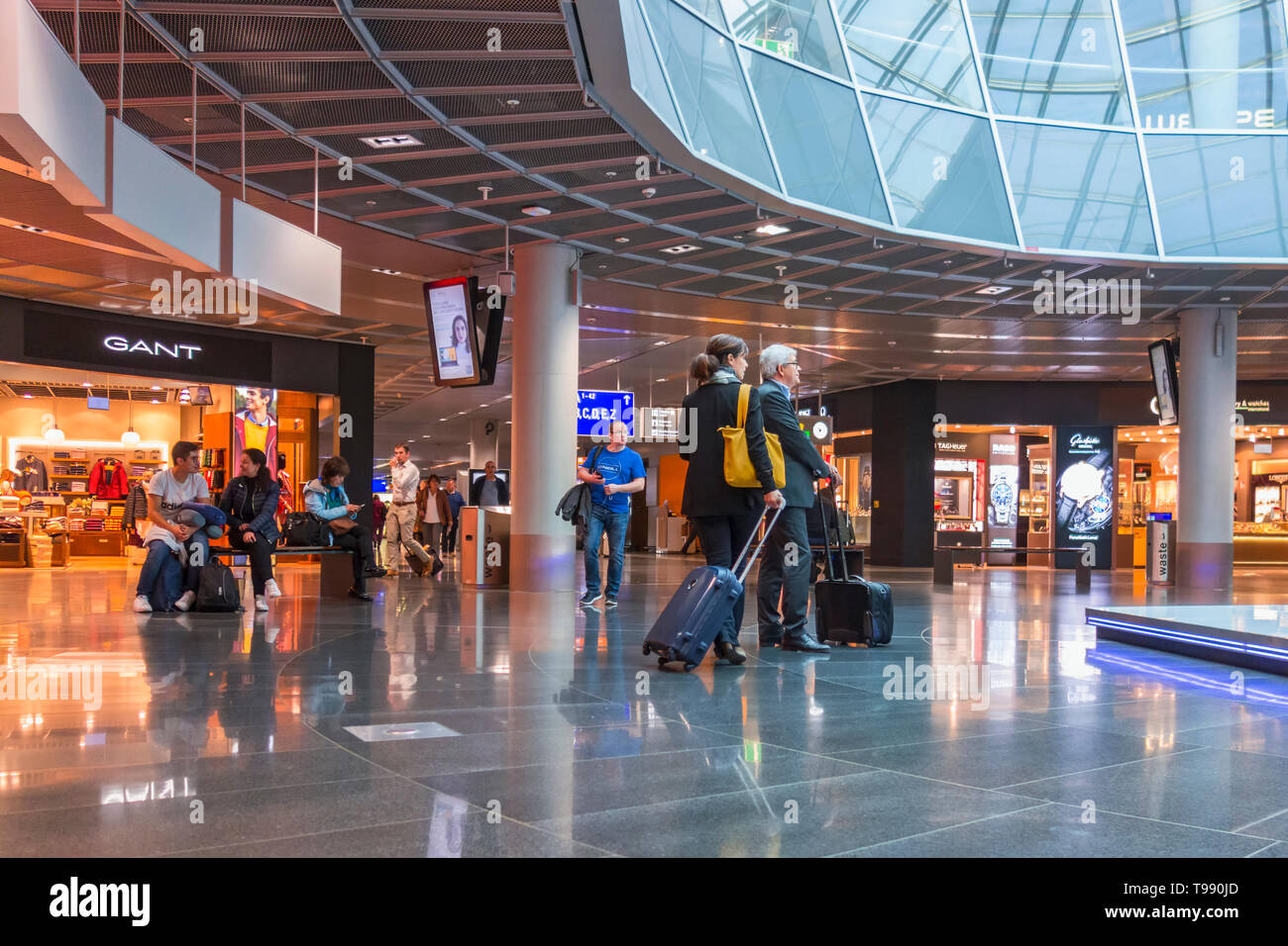 Shopping street in an airport with people - Stock Image