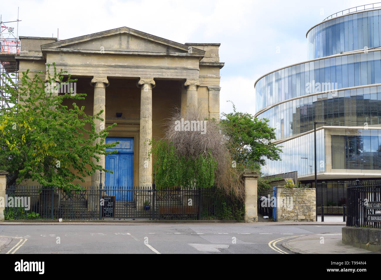 Freud Cafe on Walton Street, Oxford, The cafe is inside the former St Paul's Church. The Blavatnik School of Government is on the right - Stock Image