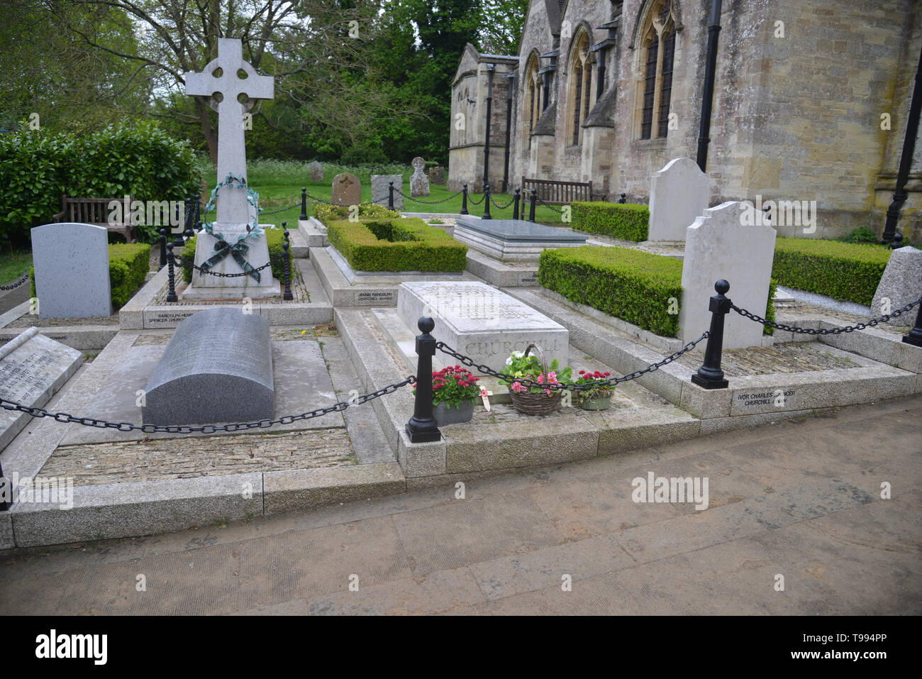 Churchill family graves in the churchyard of St Martin's Church in the Oxfordshire village of Bladon Stock Photo