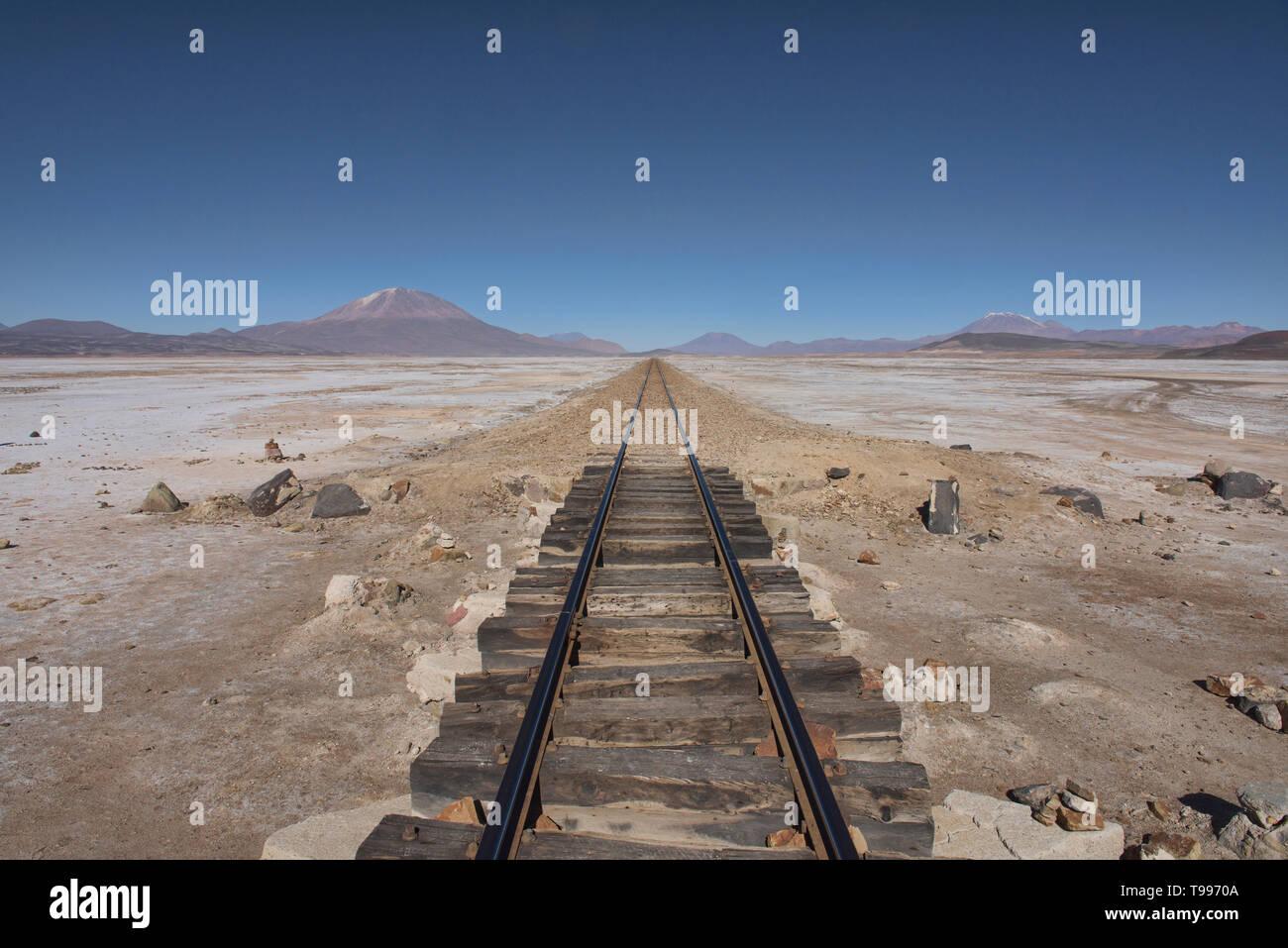 Train tracks stretching to infinity, Salar de Uyuni, Bolivia - Stock Image