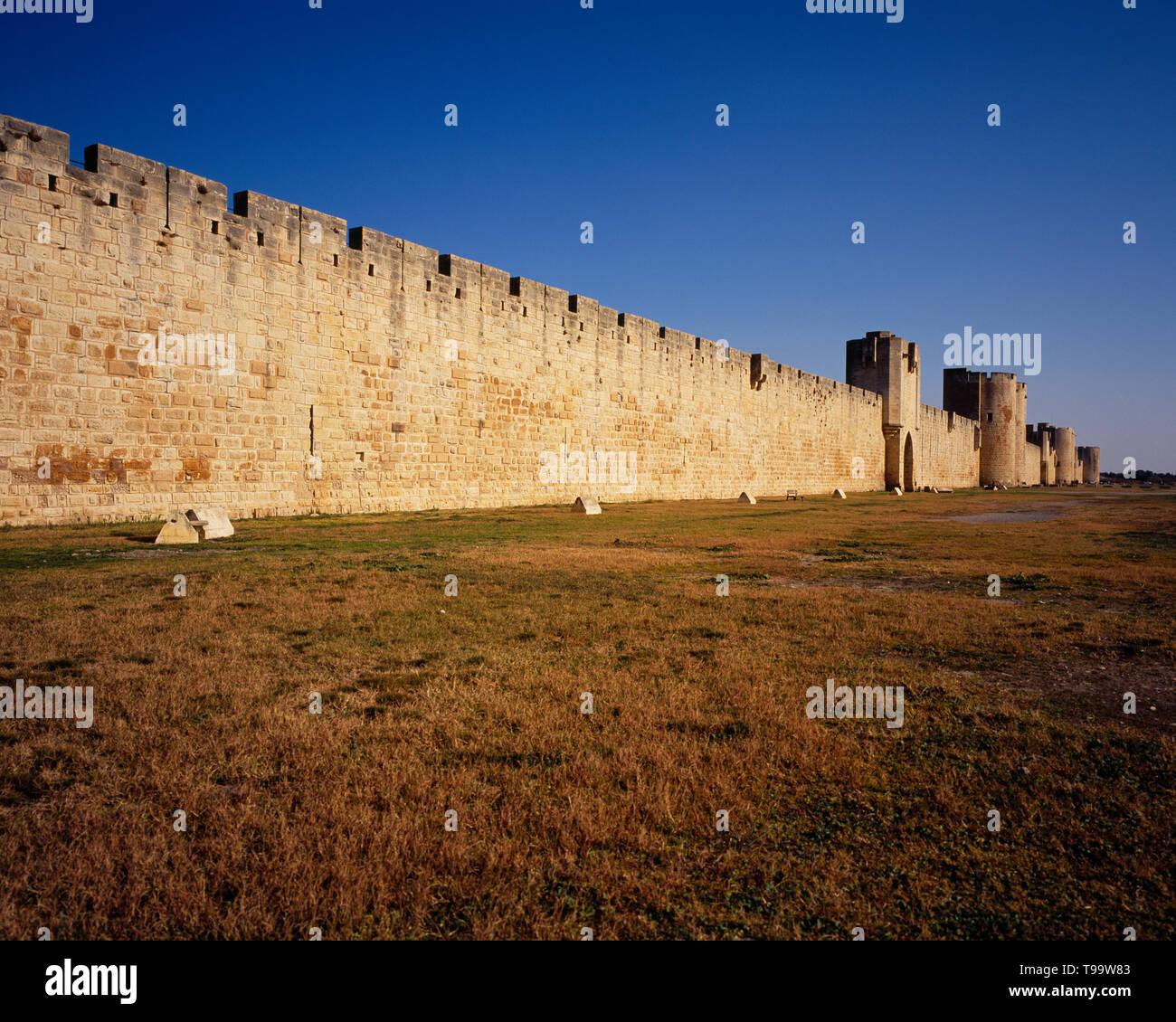 France, Languedoc, Roussillon, Gard. The town of Aigues- Mortes fortifed during 13th Century. Left to right, Portede I'organeau. Porte des Mouurins. Poterne des Galions, Porte de la Marine, Pote de I'Arsenal. Tour de la Poudriere - Stock Image