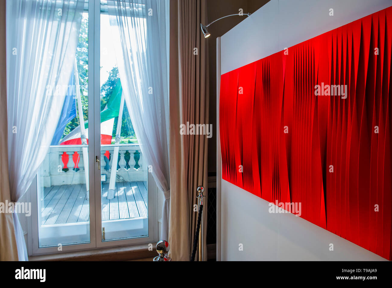 London, UK. 16th May 2019. Pino Manos, London, UK. 17th May 2019. Sincronicità rosso fluo vibrante, 2018 - The launch party for Spaziale! at Opera Gallery London at the Italian Embassy.The exhibition includes 40 iconic canvases by Lucio Fontana, Agostino Bonalumi and Enrico Castellani among others. Credit: Guy Bell/Alamy Live News - Stock Image